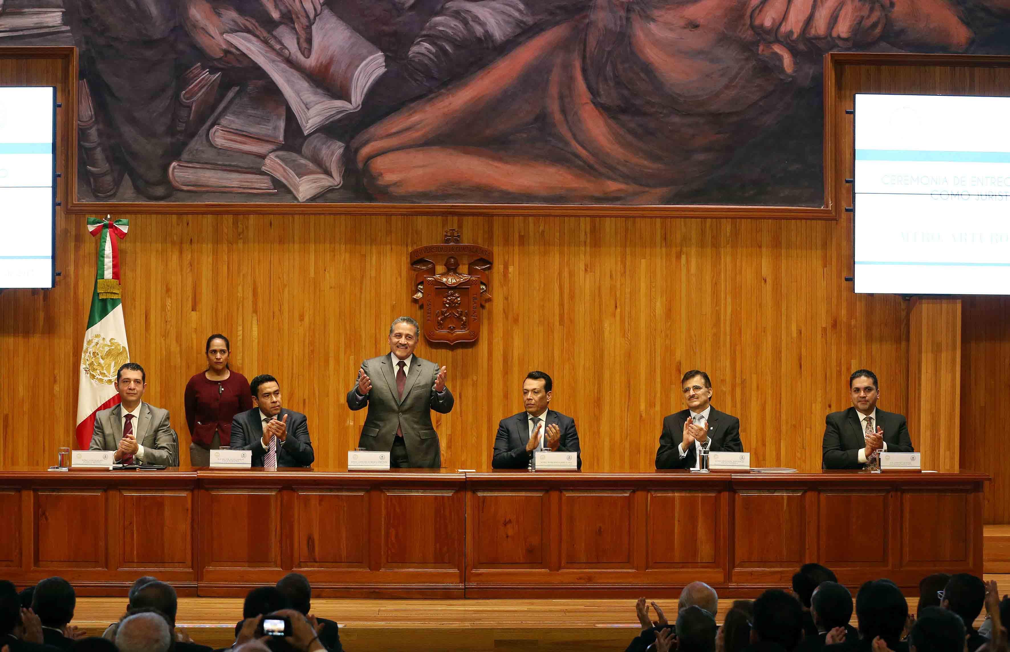 El Senador Arturo Zamora Jiménez, agradeciendo en ceremonia al publico asistente al Paraninfo Enrique Díaz de León.