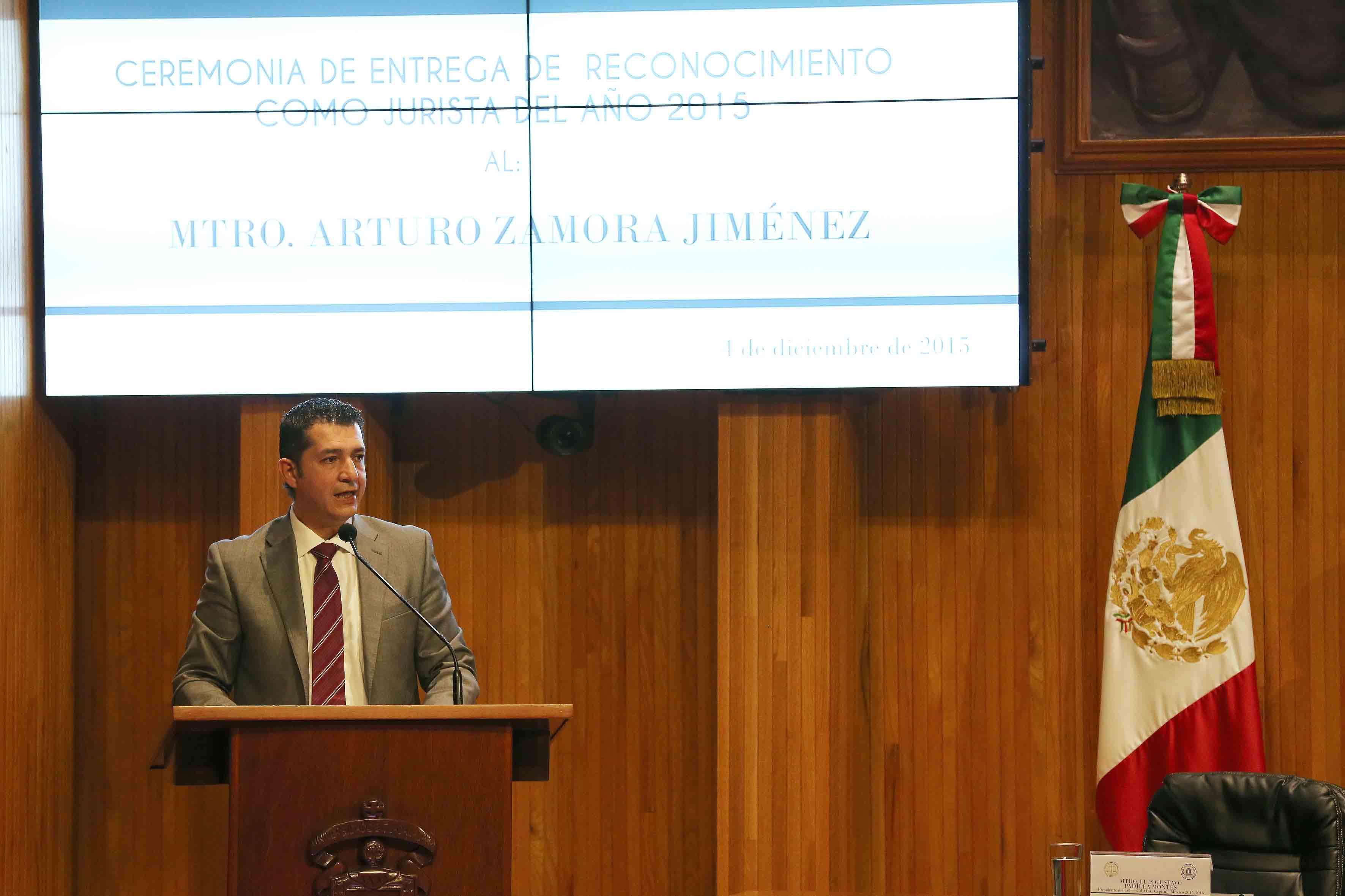 Mtro. Luis Gustavo Padilla Montes, presidente de MABA capítulo México, en podium del Paraninfo Enrique Díaz de Léon, haciendo uso de la palabra.