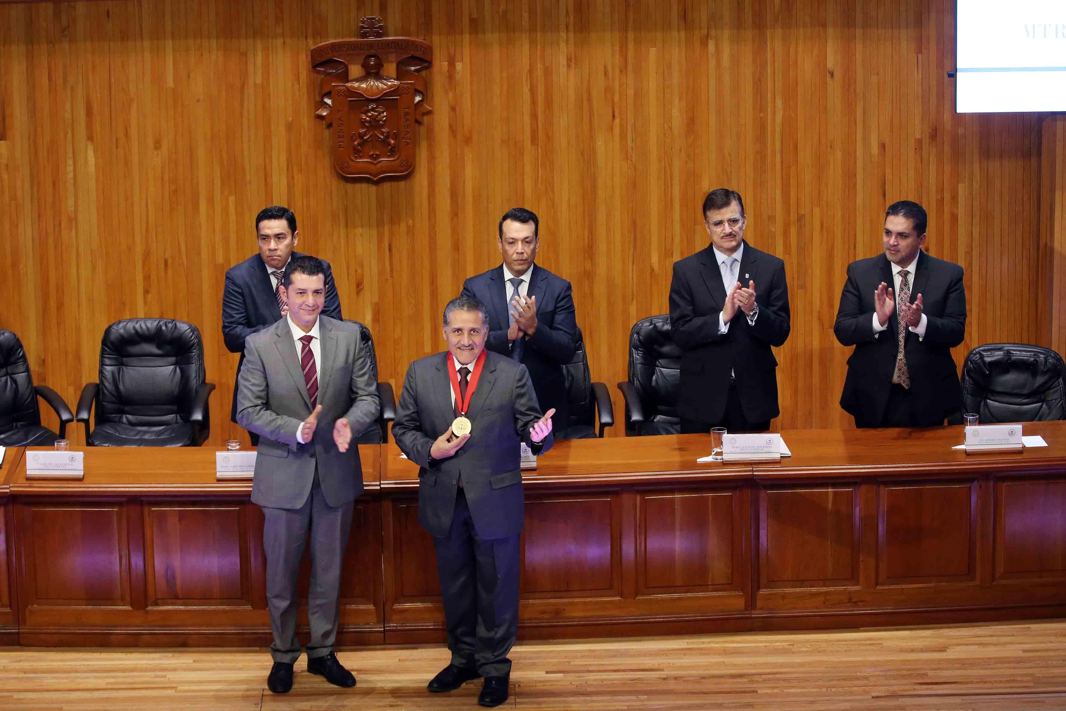 El maestro y senador Arturo Zamora Jiménez, con medalla en cuello, agradeciendo al público asistente al Paraninfo Enrique Díaz de León.