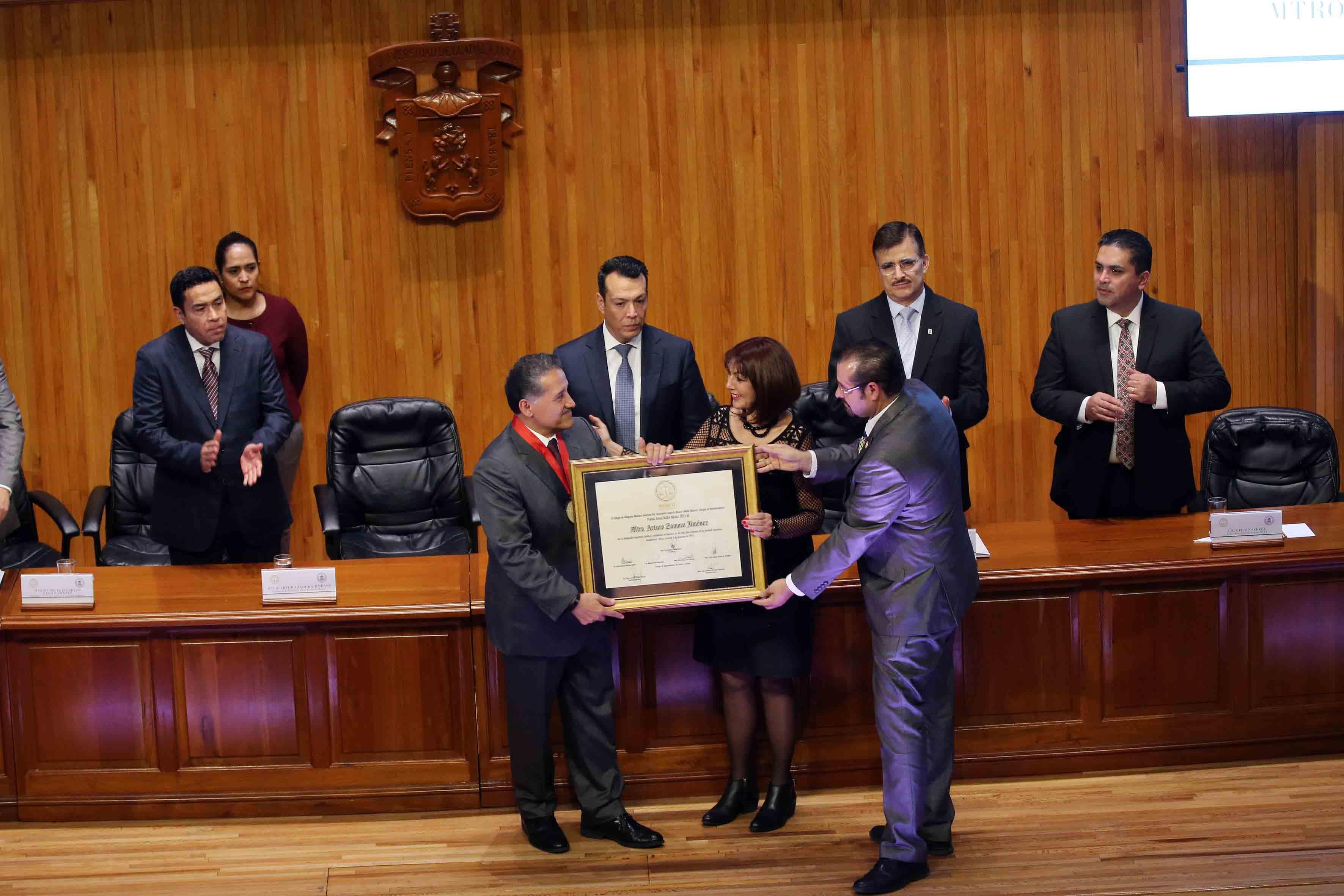 El Senador y maestro Arturo Zamora Jiménez, recibiendo reconocimiento como jurista del año, de parte del Colegio de Barras de Abogados Mexicano-Americano Capítulo México (MABA), por su trayectoria como abogado y sus aportaciones a la ciencia jurídica.