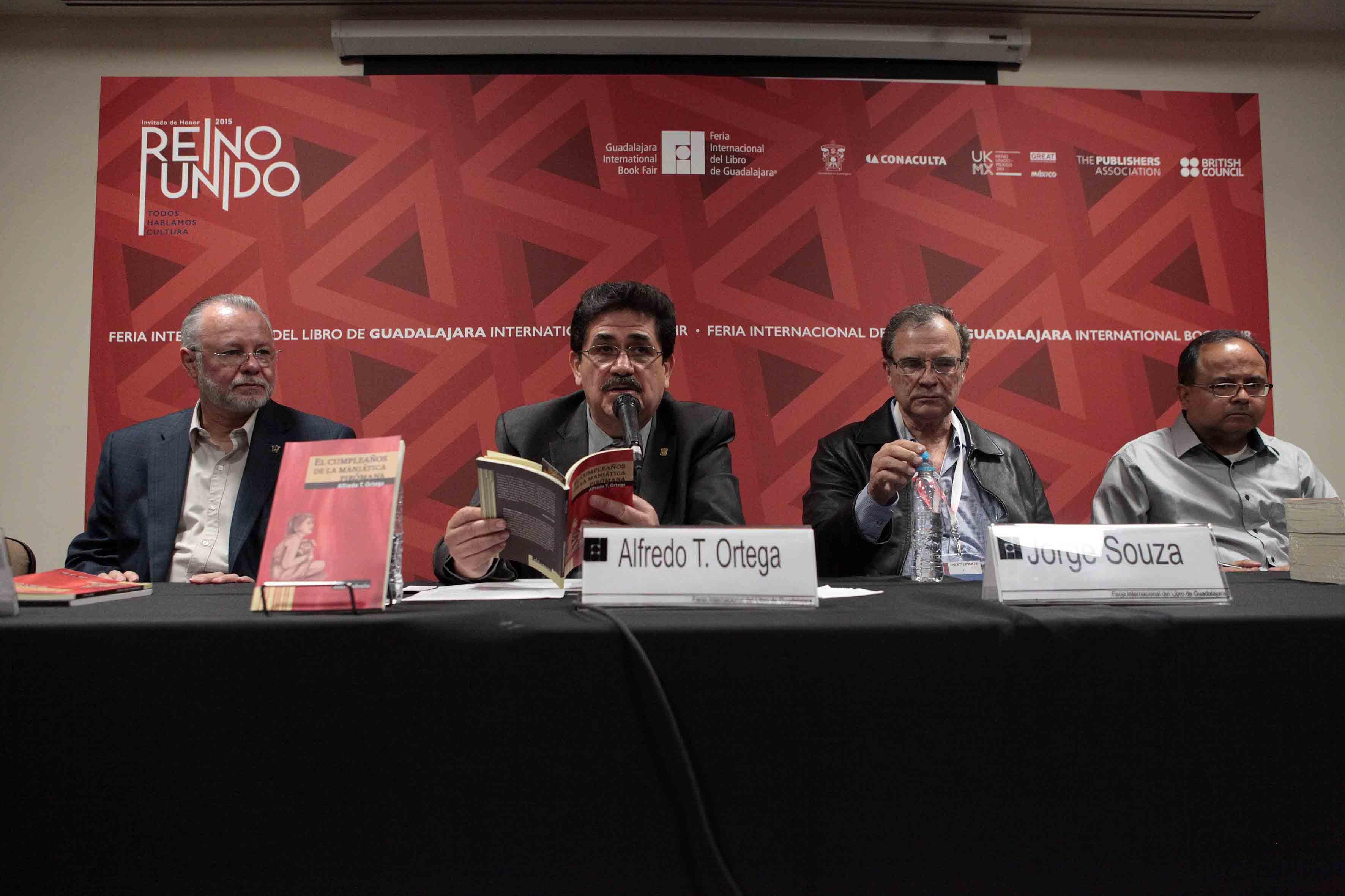 Mtro. Alfredo T. Ortega, Rector del Centro Universitario de la Costa Sur (CUCSUR), presentando su libro el cumpleaños de la maniática piromana, dentro de las actividades de la FIL.