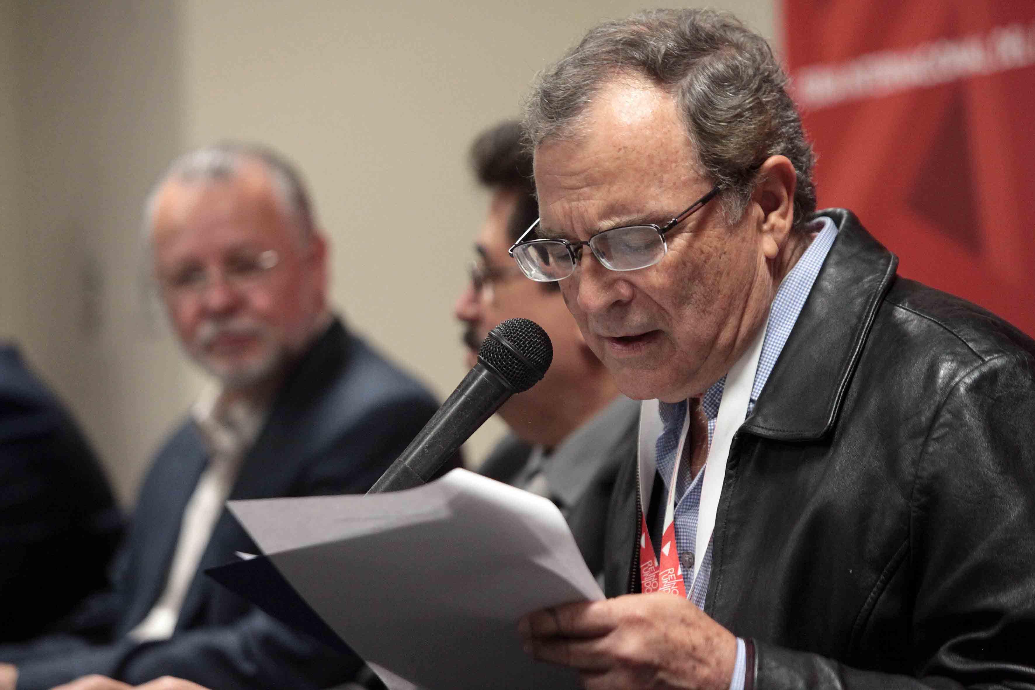 El escritor Jorge souza, haciendo uso de la palabra.