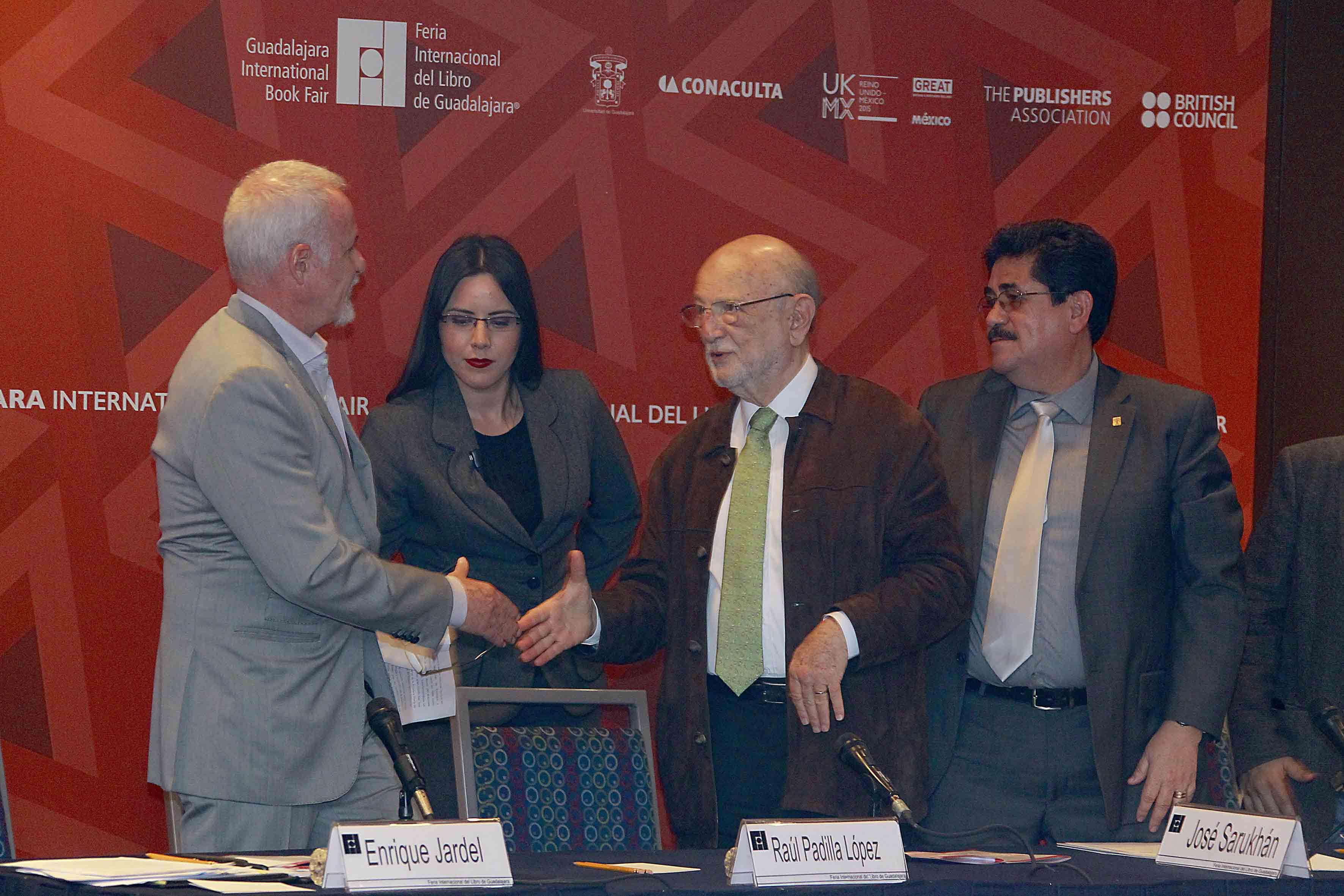 El doctor José estrechando su mano con el presidente de la FIL, Raúl Padilla López