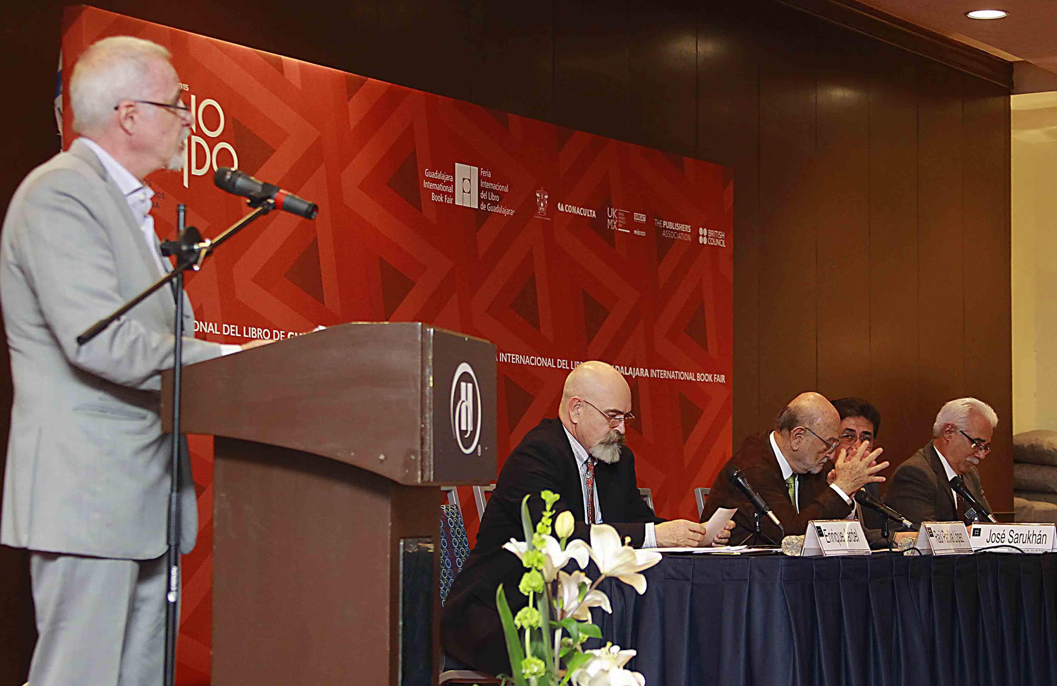 El licenciado y presidente de FIL, Raúl Padilla López en el podio
