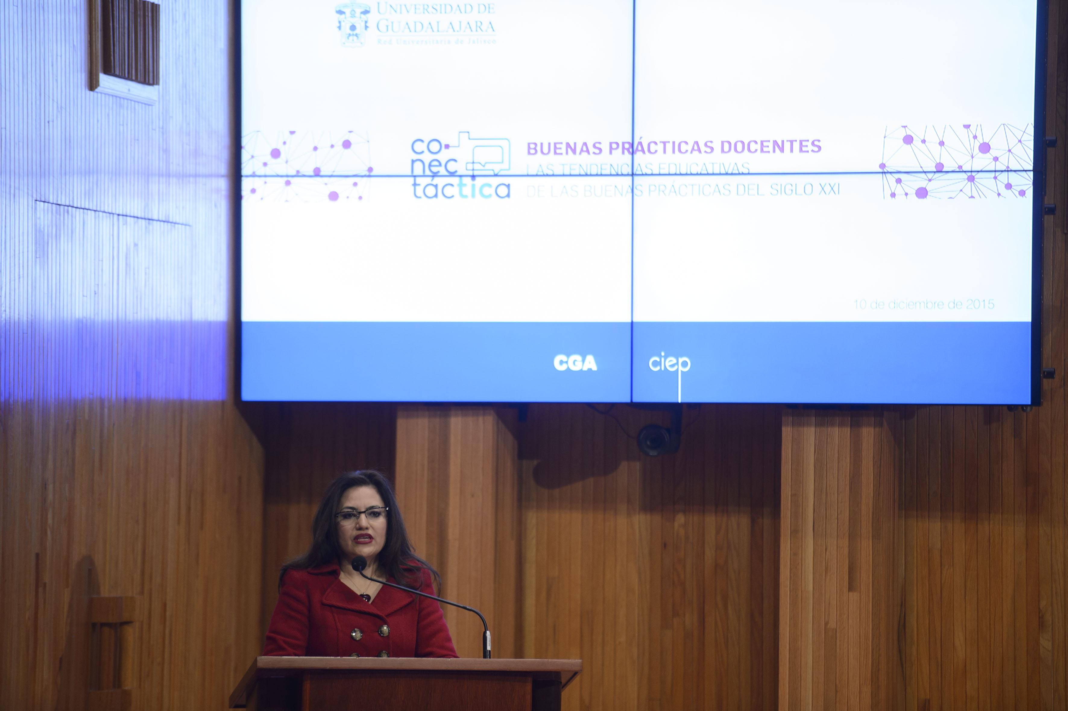 Coordinadora de Innovación Educativa y Pregrado de la Universidad de Guadalajara, doctora Patricia Rosas Chávez haciendo uso de la palabra