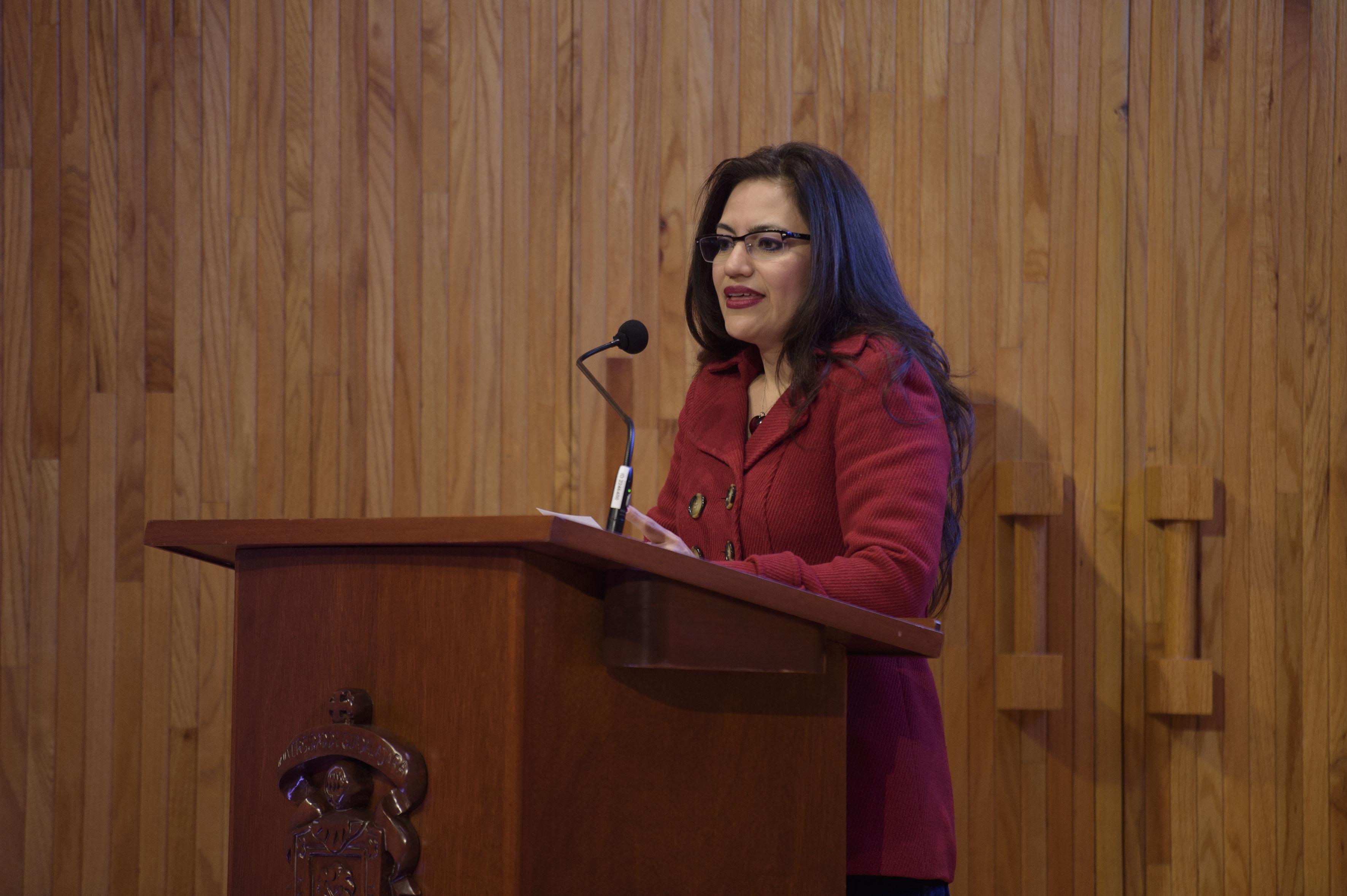 Dr. Patricia Rosas Chávez hablando frente al micrófono