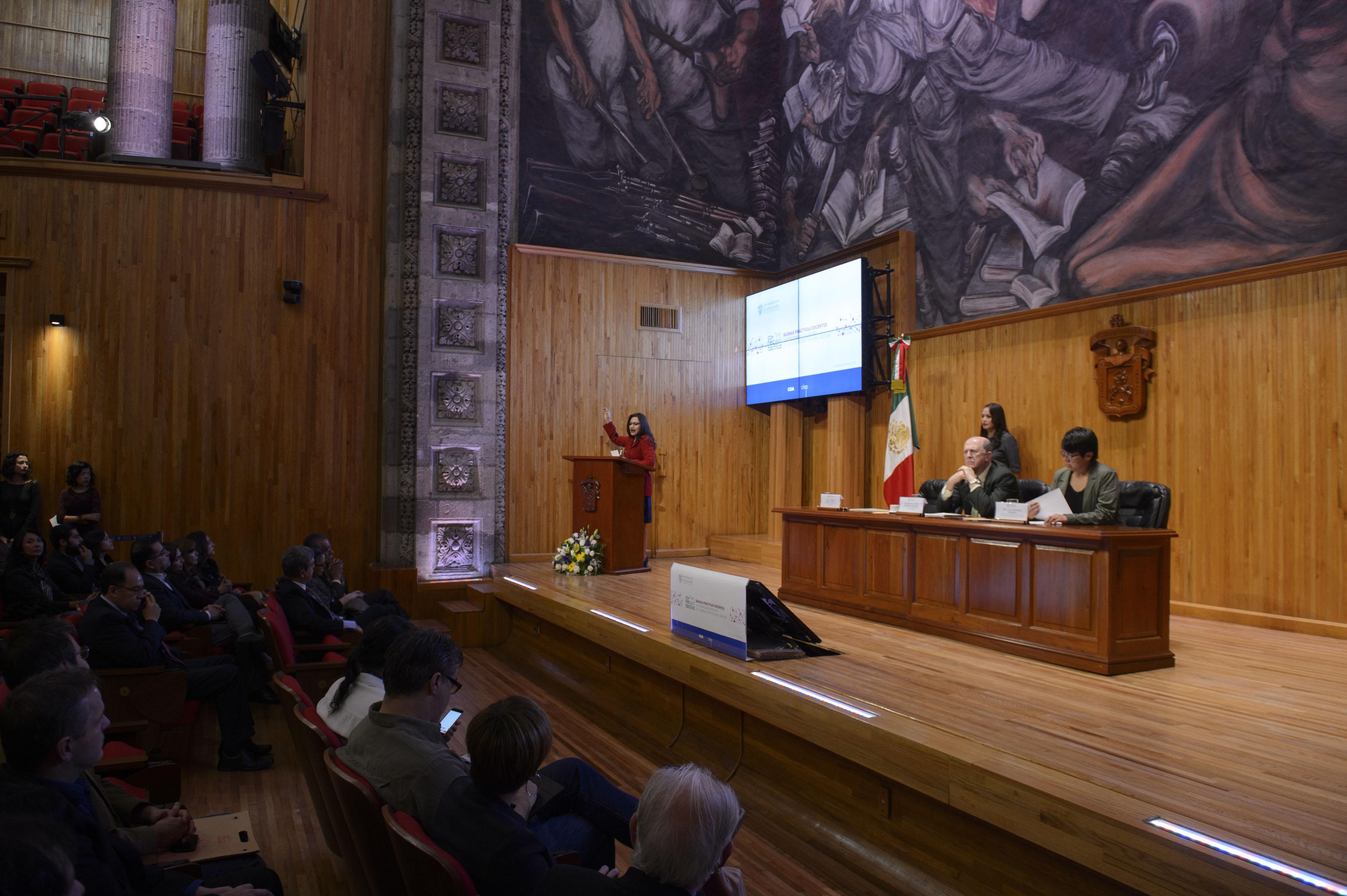 """Publico asistente y panelistas participantes a la inauguración de Conectáctica """"Buenas prácticas docentes"""""""