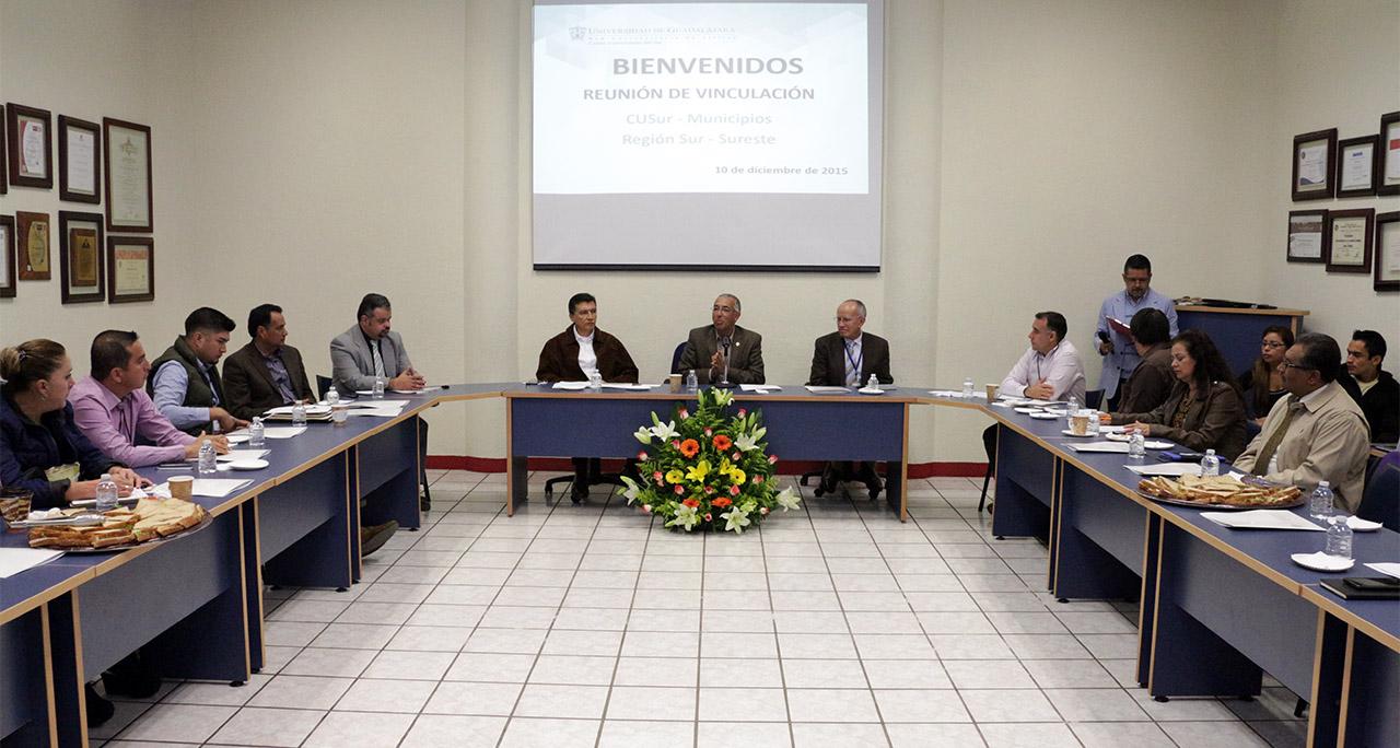 Mtro. Ricardo Xicoténcatl García Cauzor encabezando reunión para  fijar y ampliar las acciones de vinculación con la UdeG