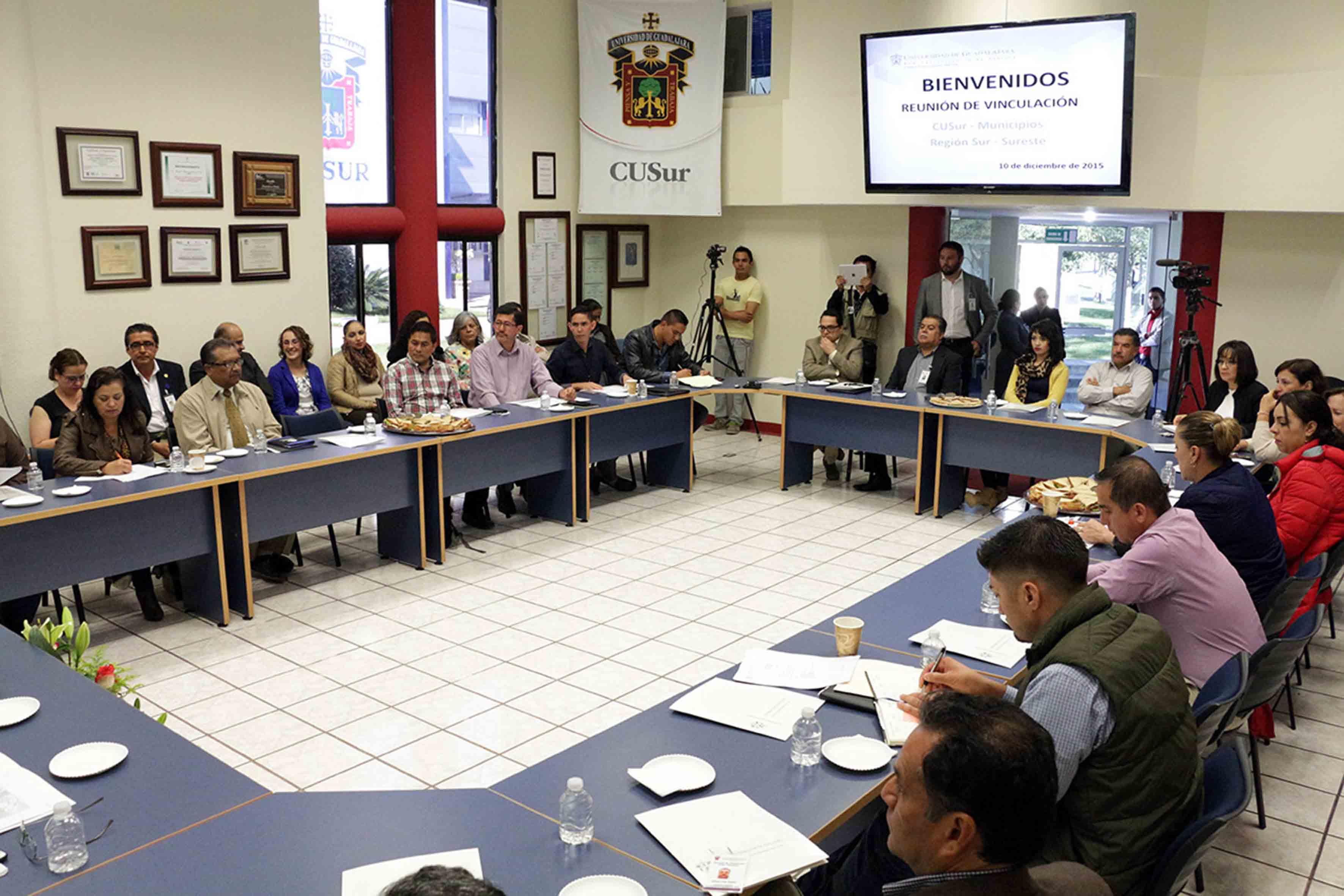 Mtro. Ricardo Xicoténcatl García Cauzor y presidentes y representantes de 11 municipios de la región sur-sureste