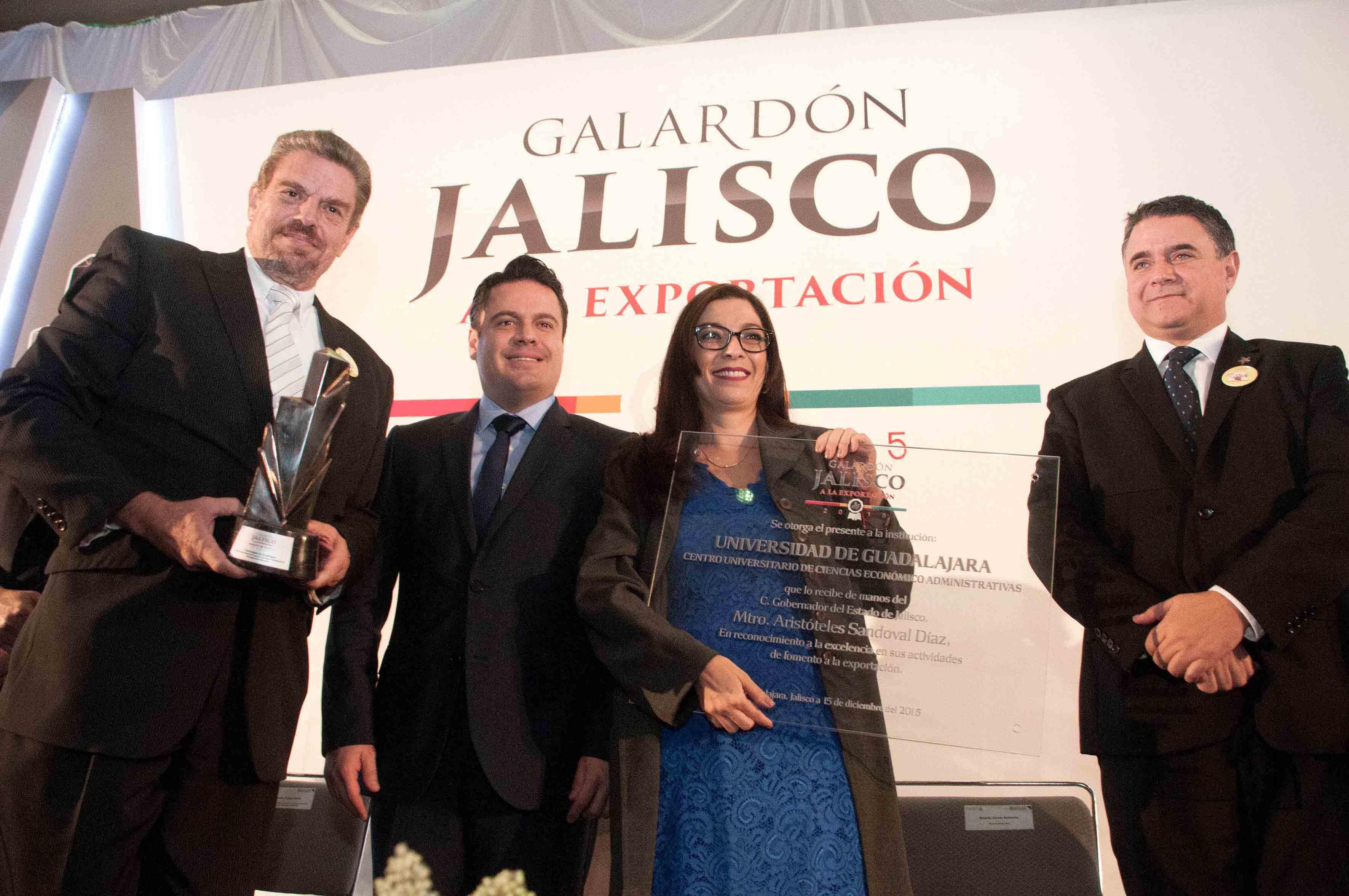Mtra.Tania Hernández Rodríguez, Dr. José Sánchez Gutiérrez, recibieron la estatuilla y una placa de manos , de Jorge Aristóteles Sandoval Díaz,
