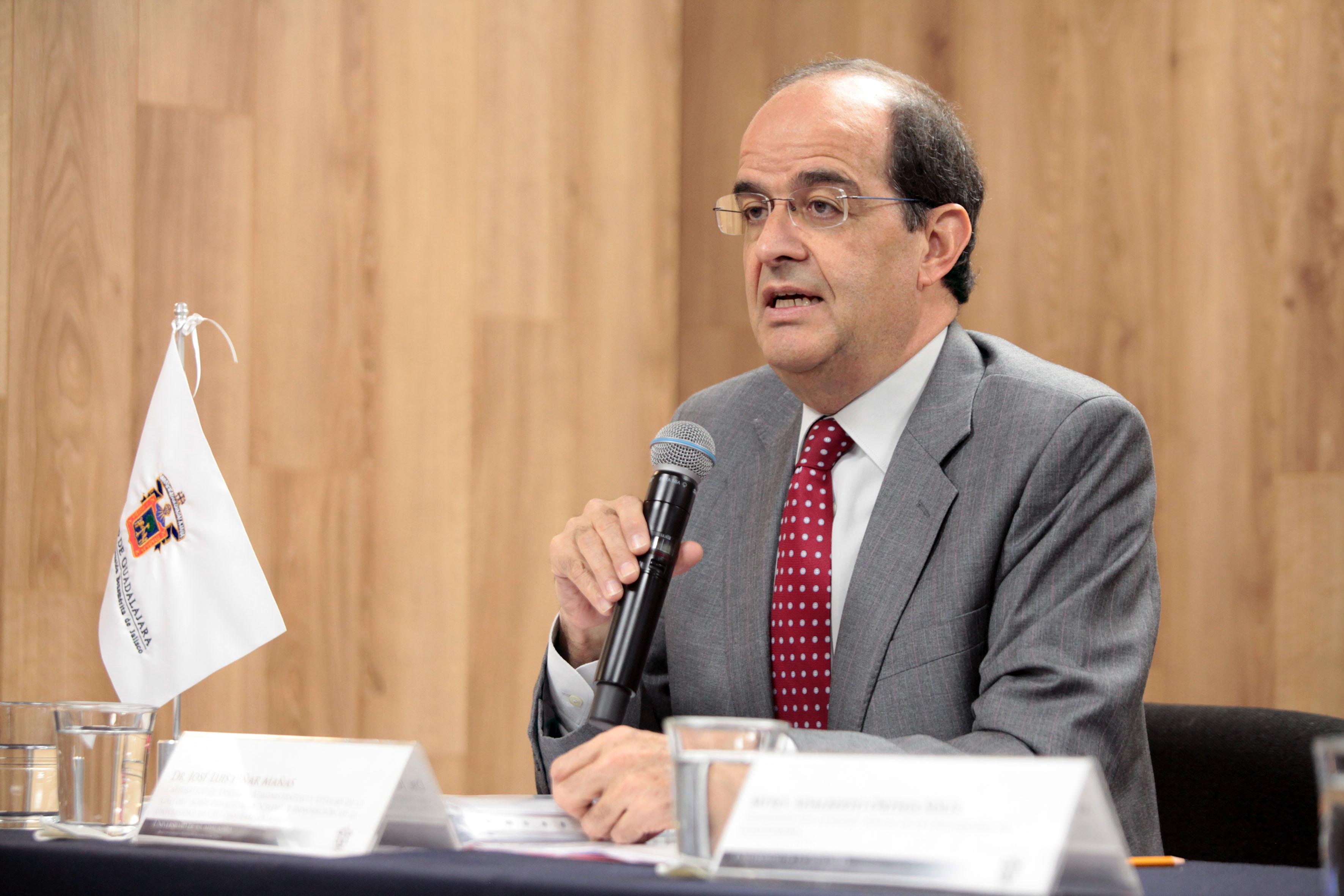 José Luis Piñar Mañas, doctor en derecho por la Universidad Complutense de Madrid.haciendo uso de la palabra