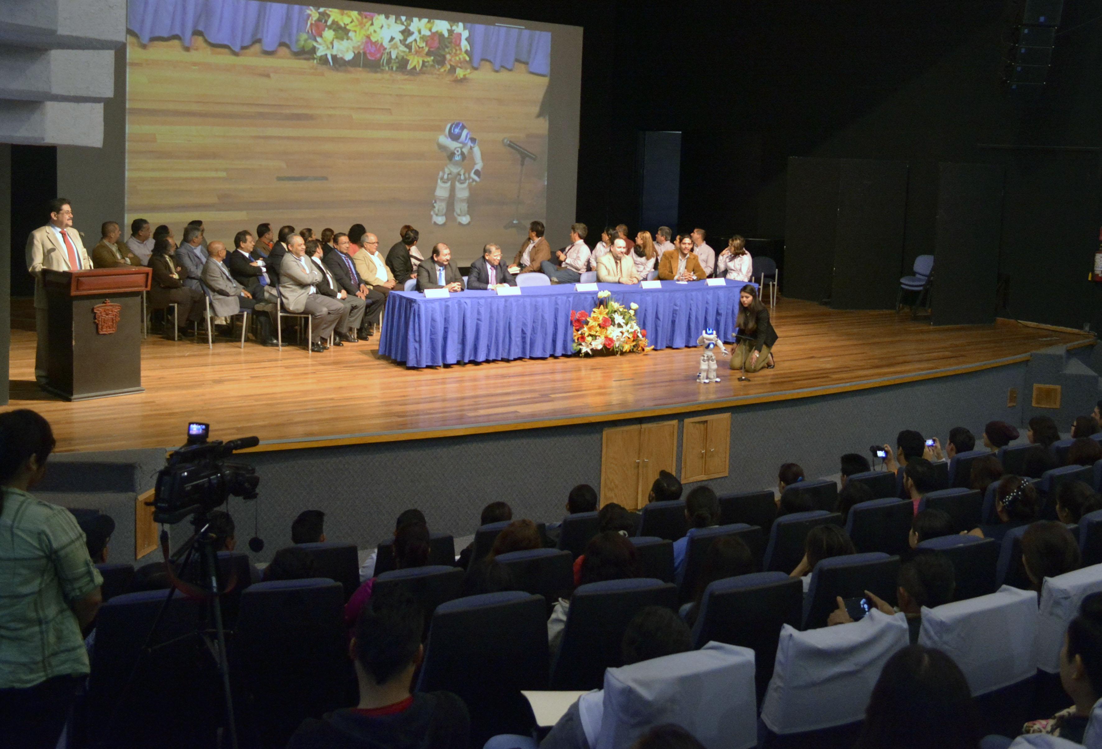 Presidium en la presentación del robot para estudiantes en CUCSUR