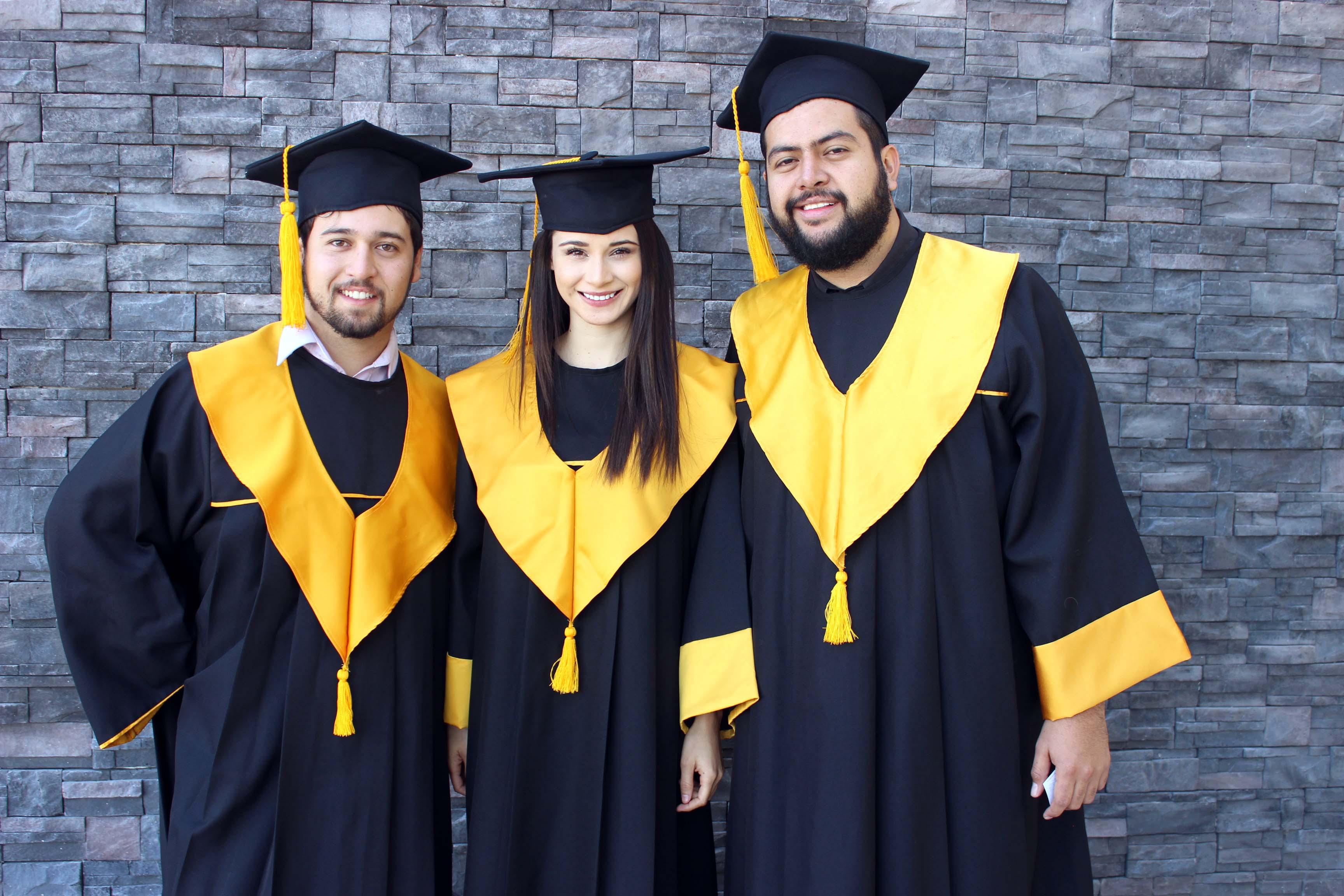 Foto del recuerdo de tres estudiantes del CUTonalá, con su toga de graduación y birrete.