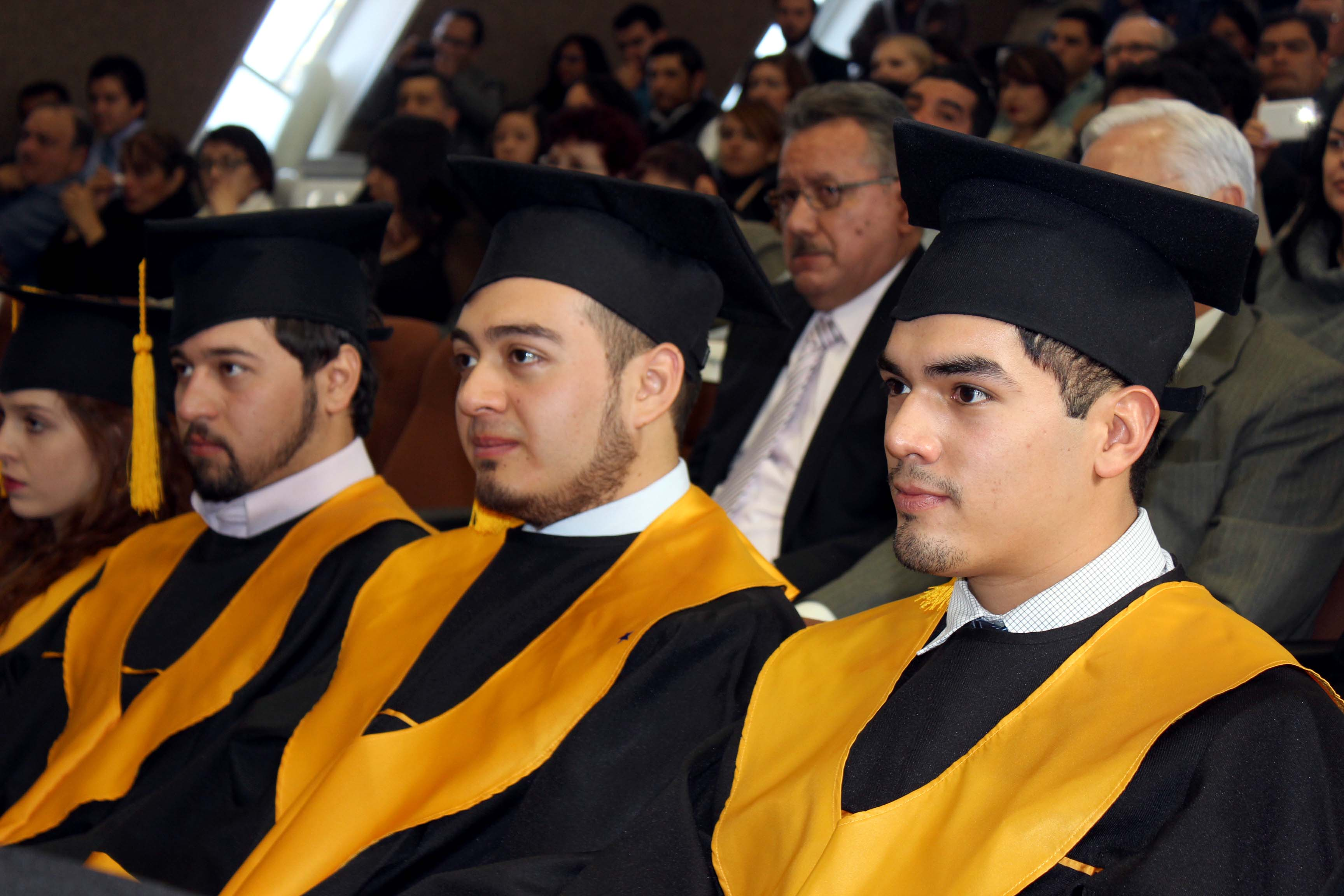 Vista panorámica de los graduados y público asistente al acto académico.