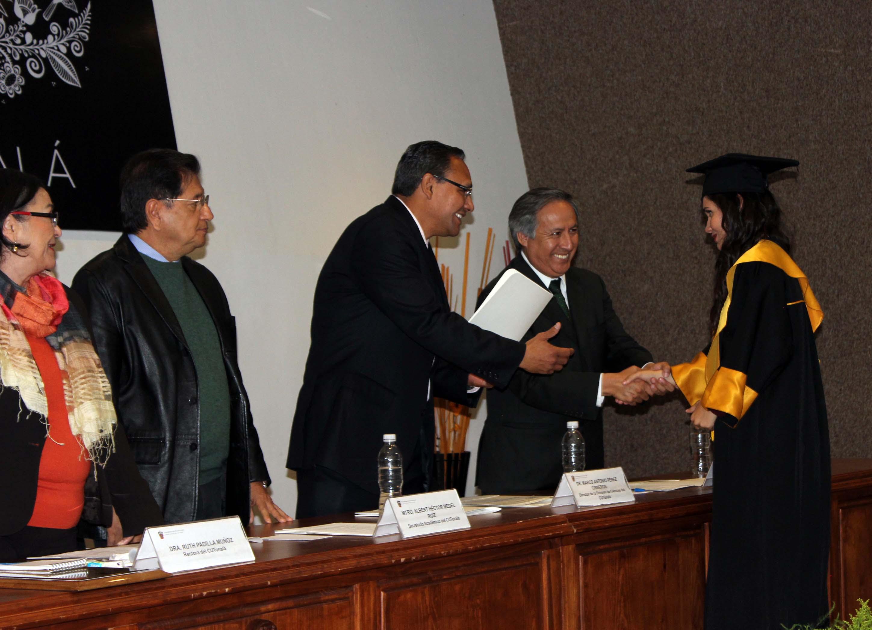 Egresada del CUTonalá es felicitada por el Director de la División de Ciencias y el Secretario Académico del Centro universitario.