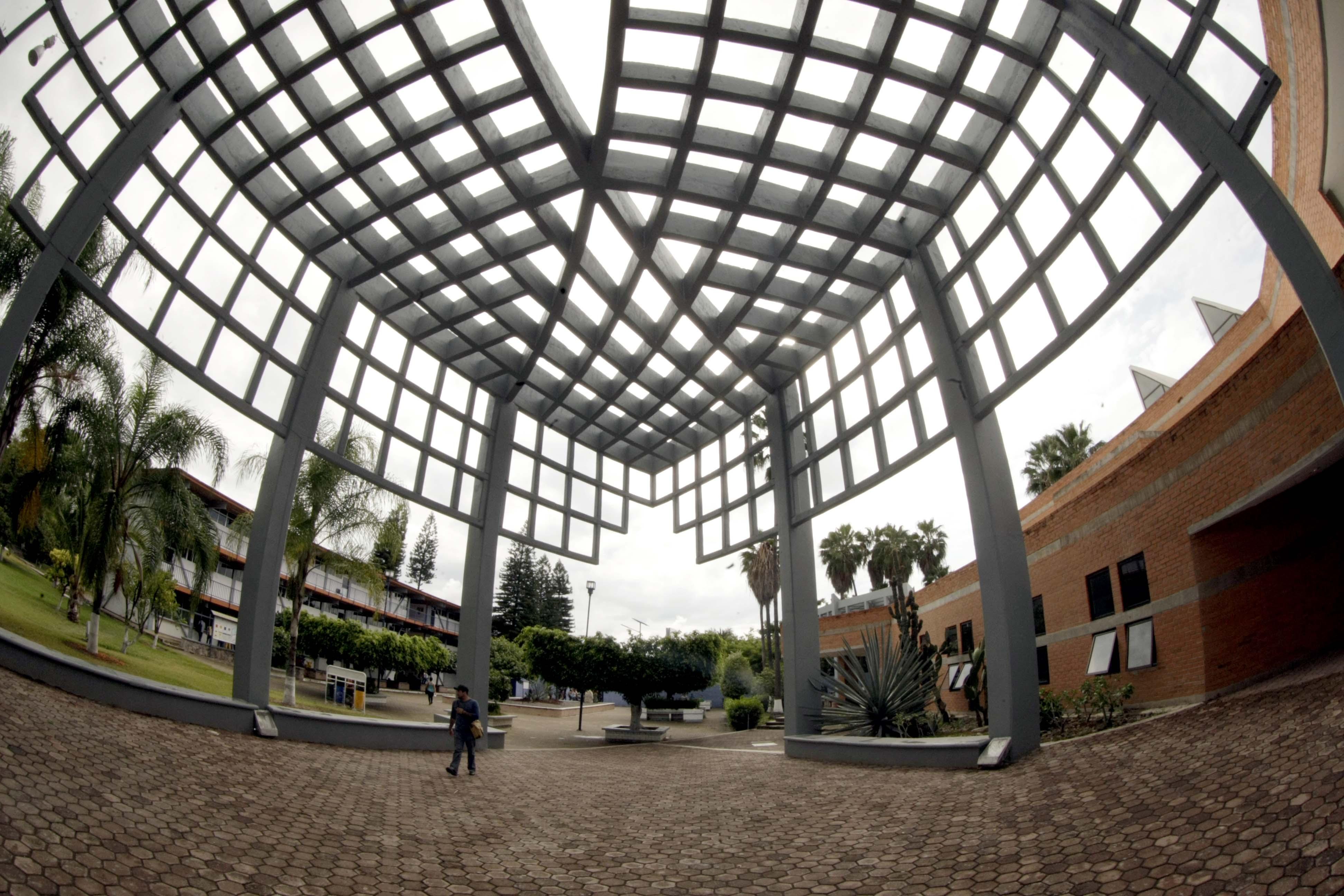 Vista panorámica de la entrada prinicipal del Centro Universitario del Sur de la Universidad de Guadalajara.
