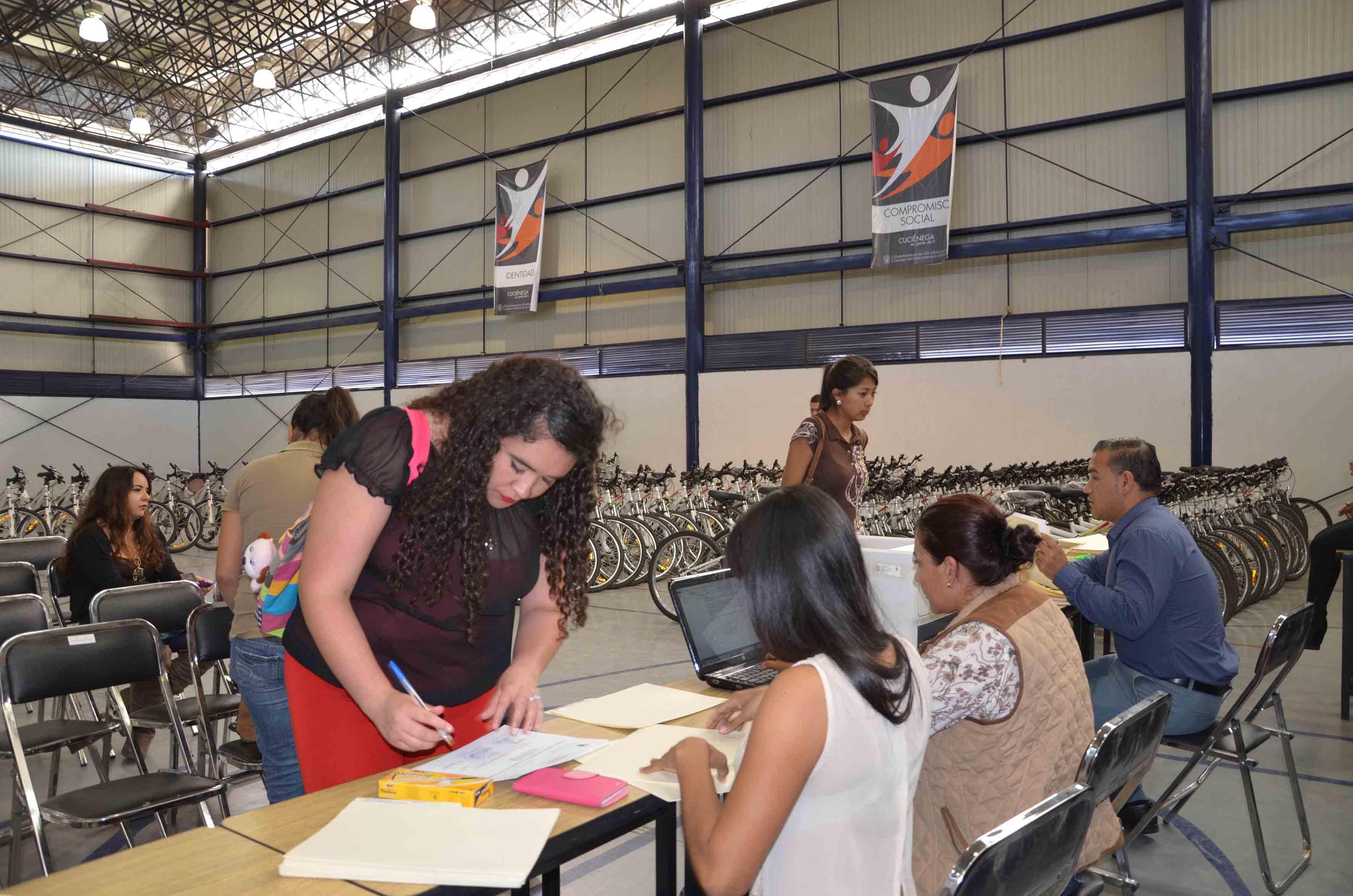 """Alumnos y trabajadores participando en el programa  """"Al CUCiénega en Bici"""""""