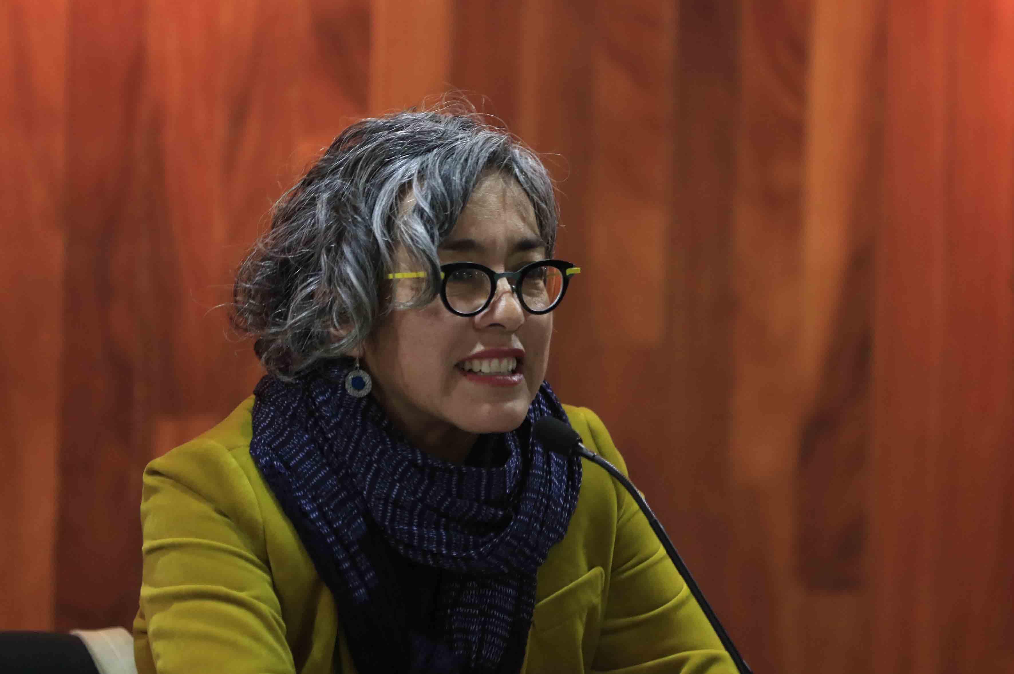 Escritora Cristina Rivera Garza haciendo uso de la palabra