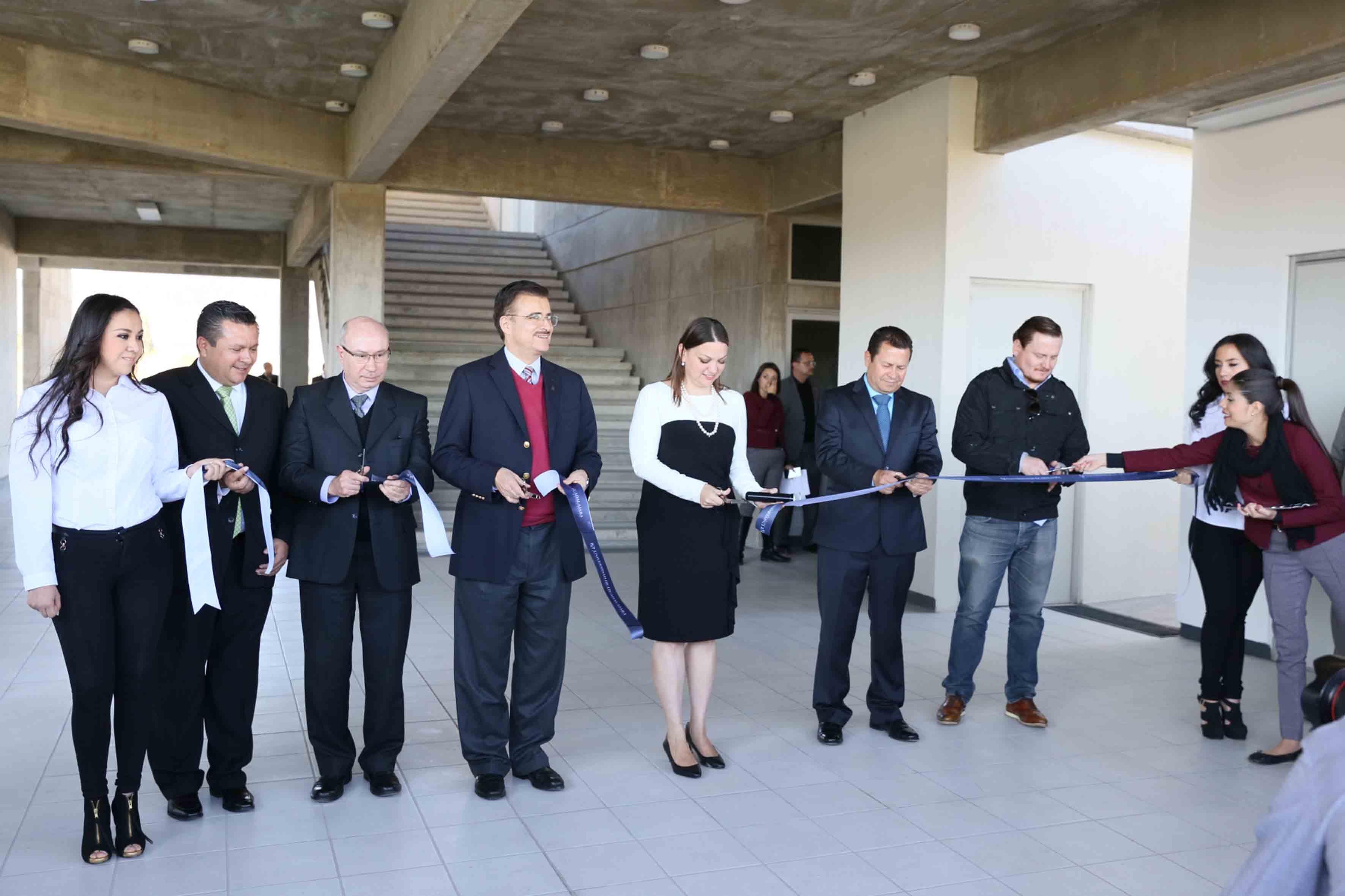Autoridades universitarias y del CUCiénega, haciendo el corte del listón para la inaguración del módulo P del centro universitario.