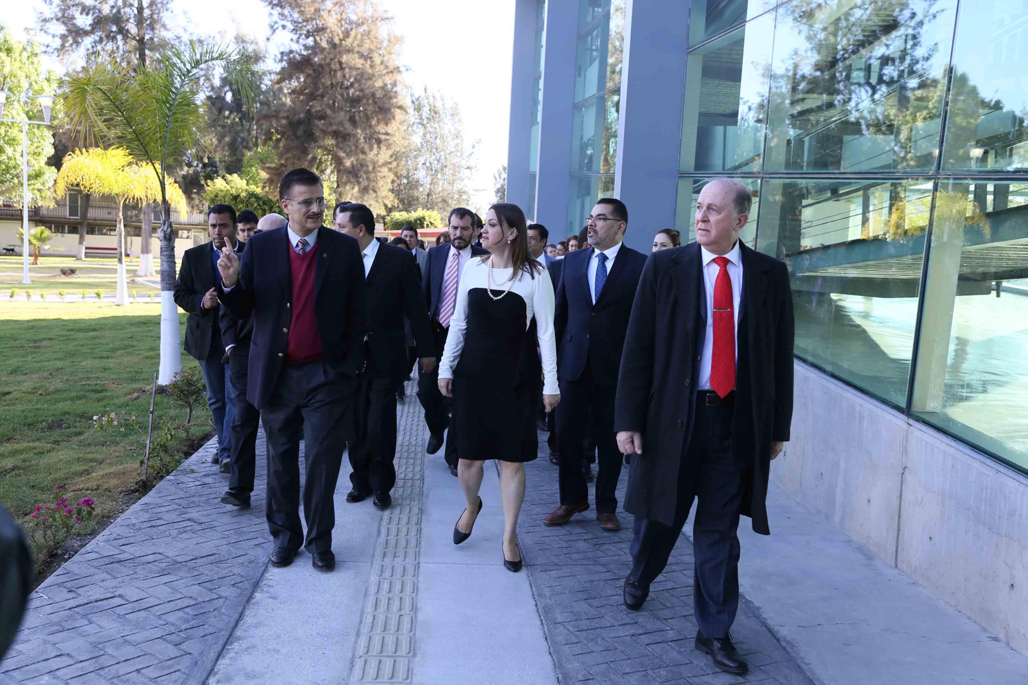 Autoridades universitarias y del CUCiénega, haciendo un recorrido por las instalaciones del centro universitario.