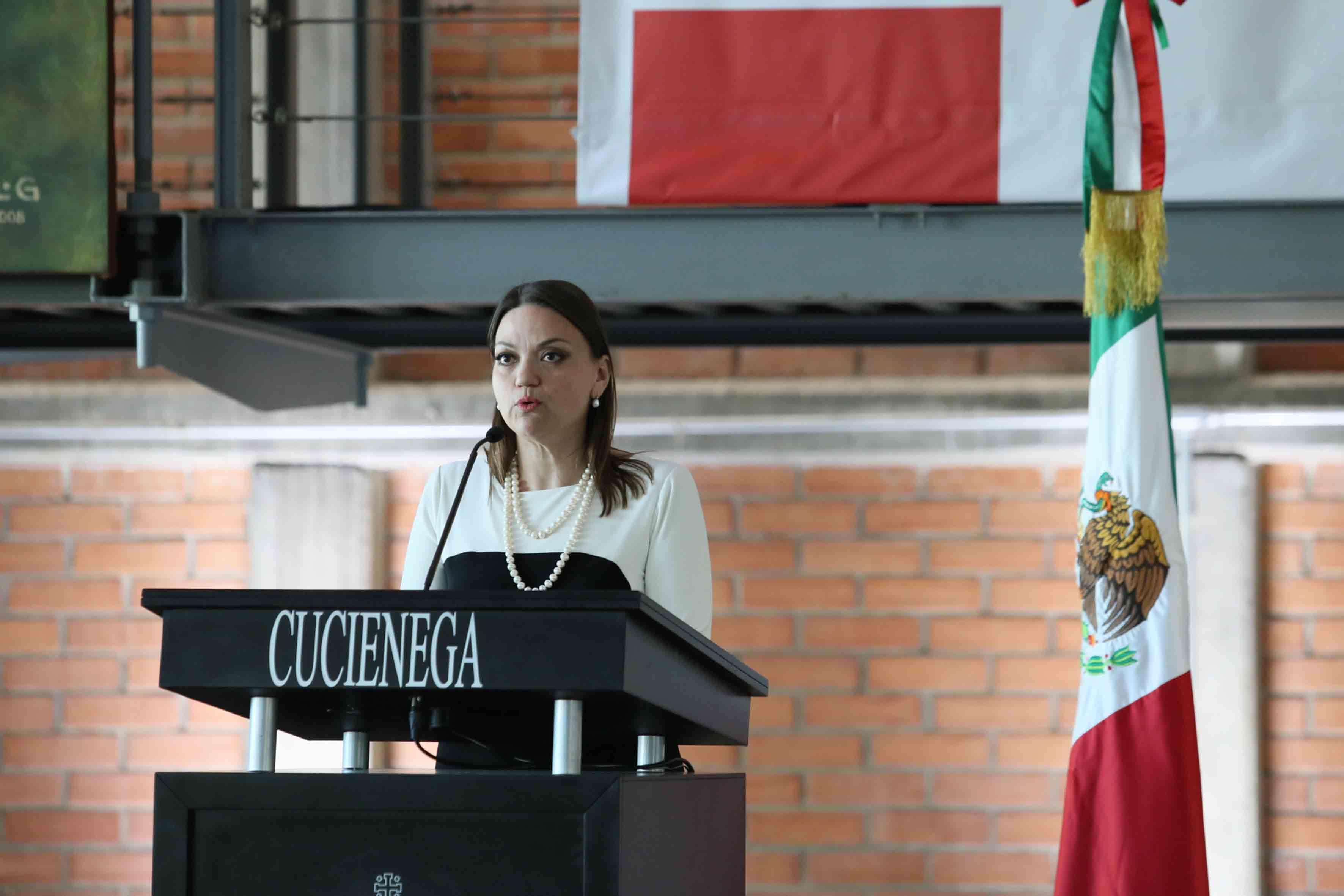 Mtra. María Felícitas Parga Jiménez, Rectora del CUCiénega, en podium rindiendo su informe de actividades.