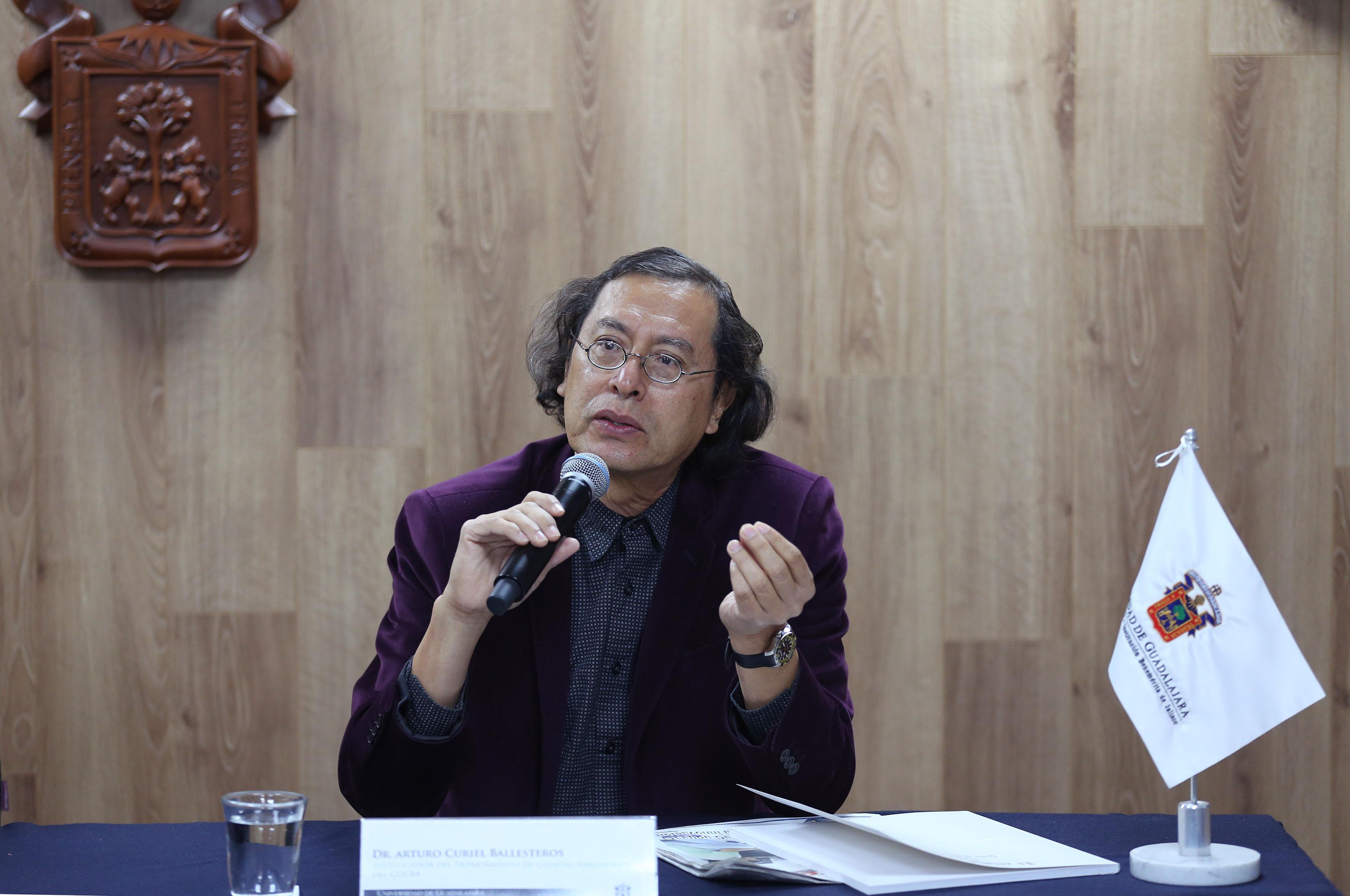 Dr. Arturo Curiel Ballesteros haciendo uso de la palabra en conferencia de prensa