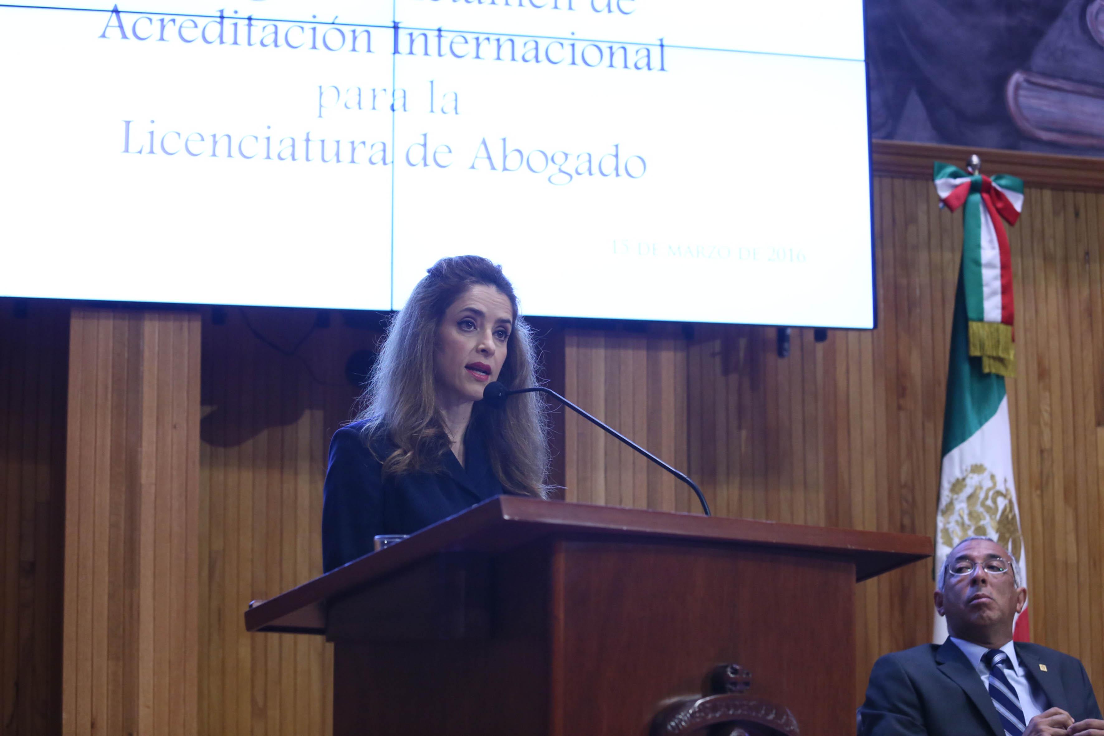 Doctora Leticia Leal Moya, Rectora del CUAltos, en podium del Paraninfo, haciendo uso de la palabra.