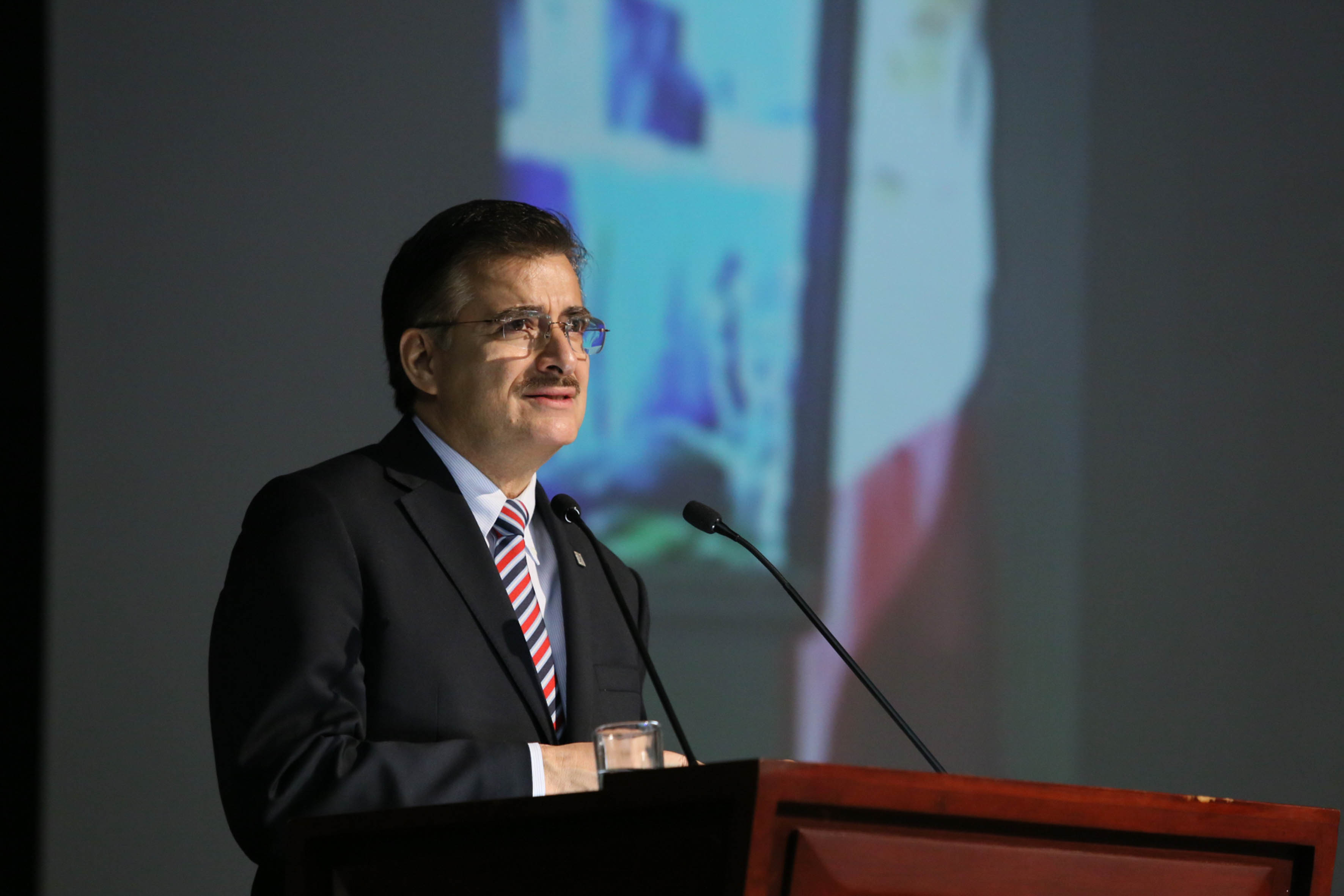 Rector General Mtro. Bravo Padilla, hablando frente a microfono