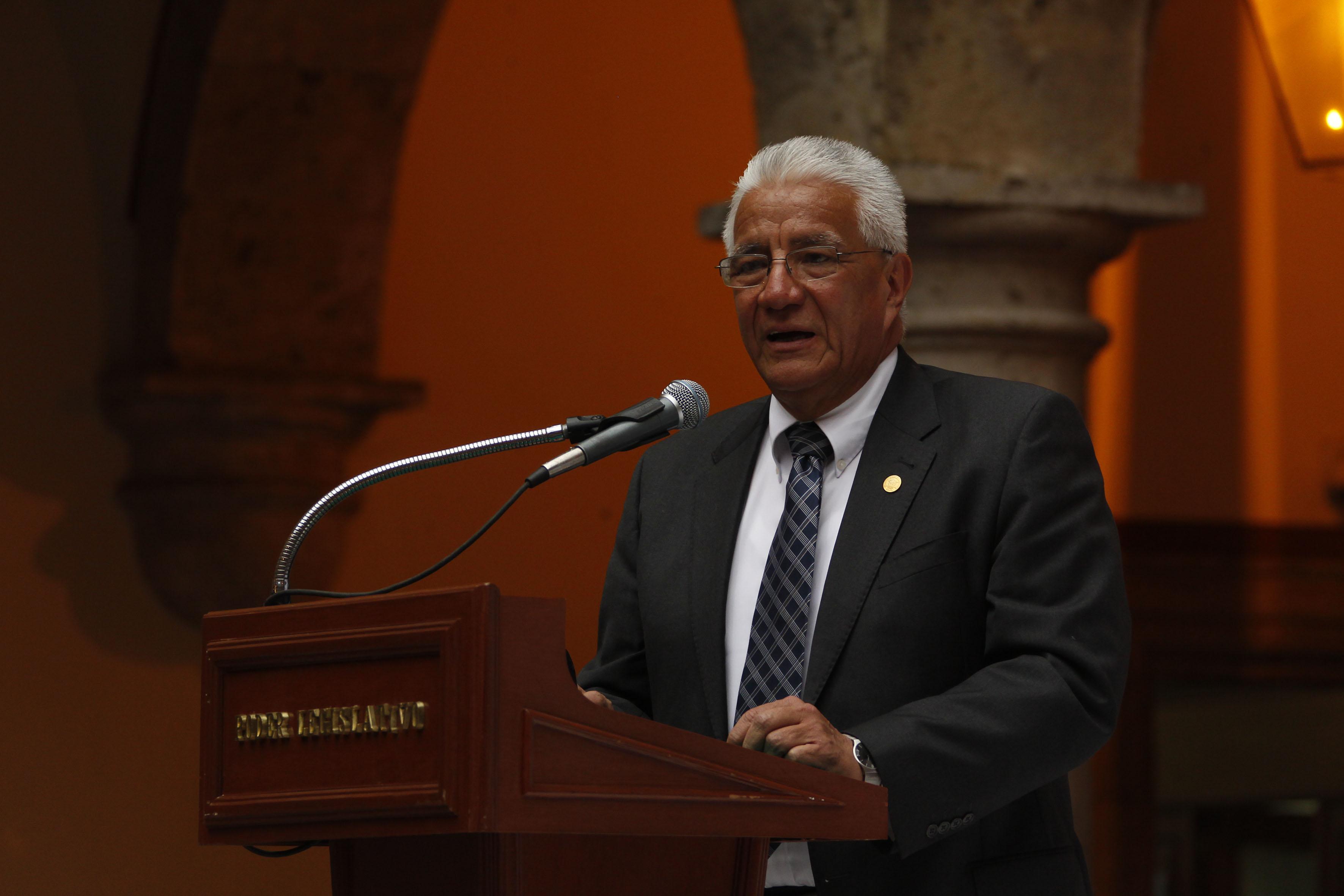 Dr. Salvador Mena Munguía, Rector del CUCBA, hablando frente a microfono
