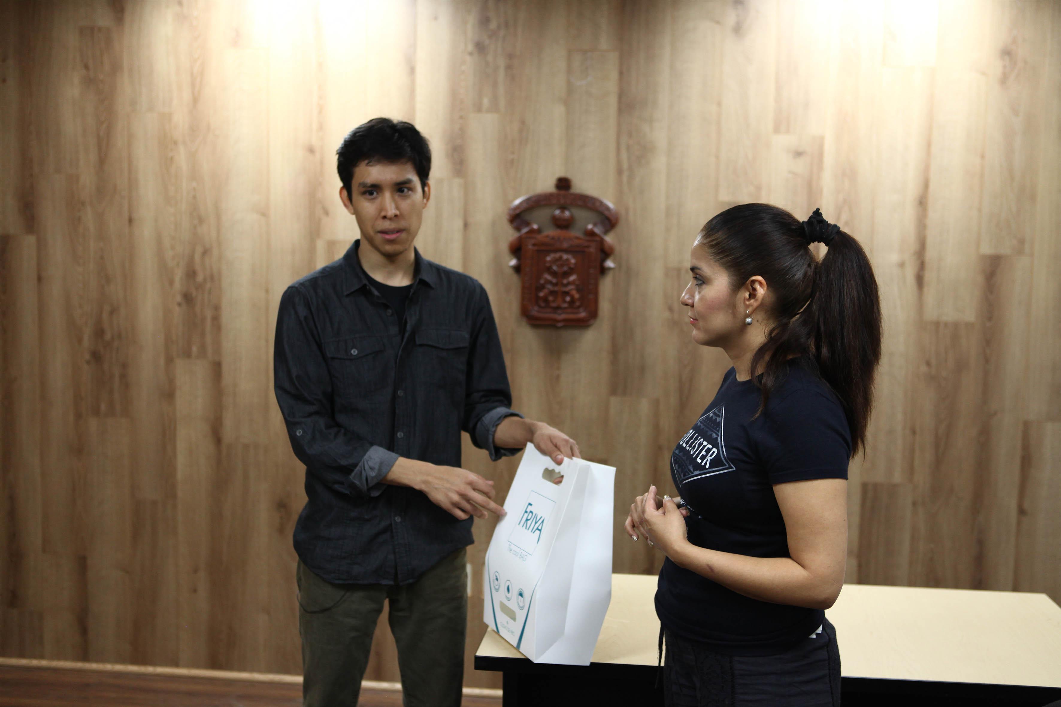 """David Jorge Hernández Ibarra, María Haro Lara  ganadores del concurso  """"International Packaging Design Student Competition"""" con su proyecto Friya"""