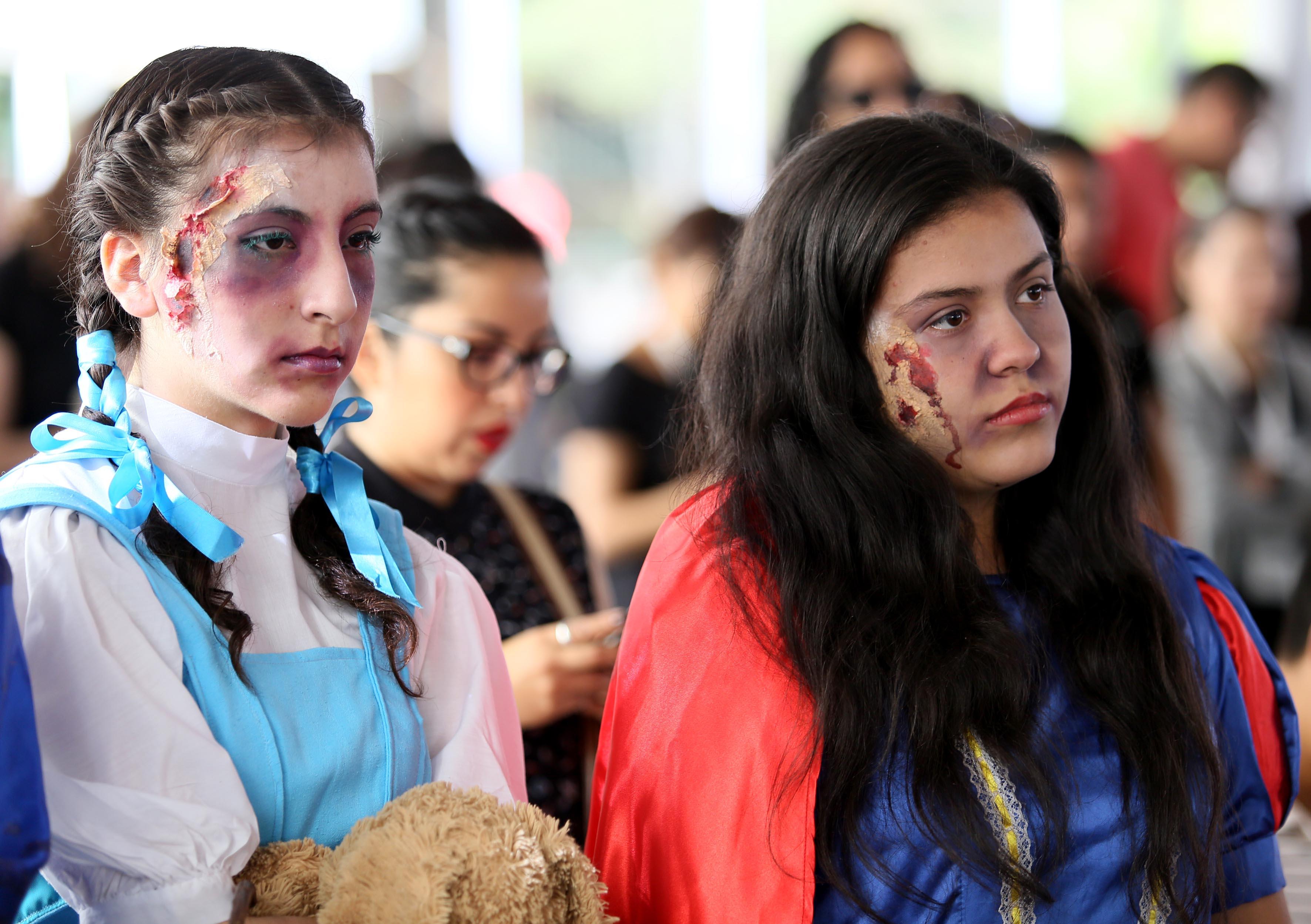 Alumnos maquillados y participando en la  Lectura en voz alta en el día Mundial del Libro