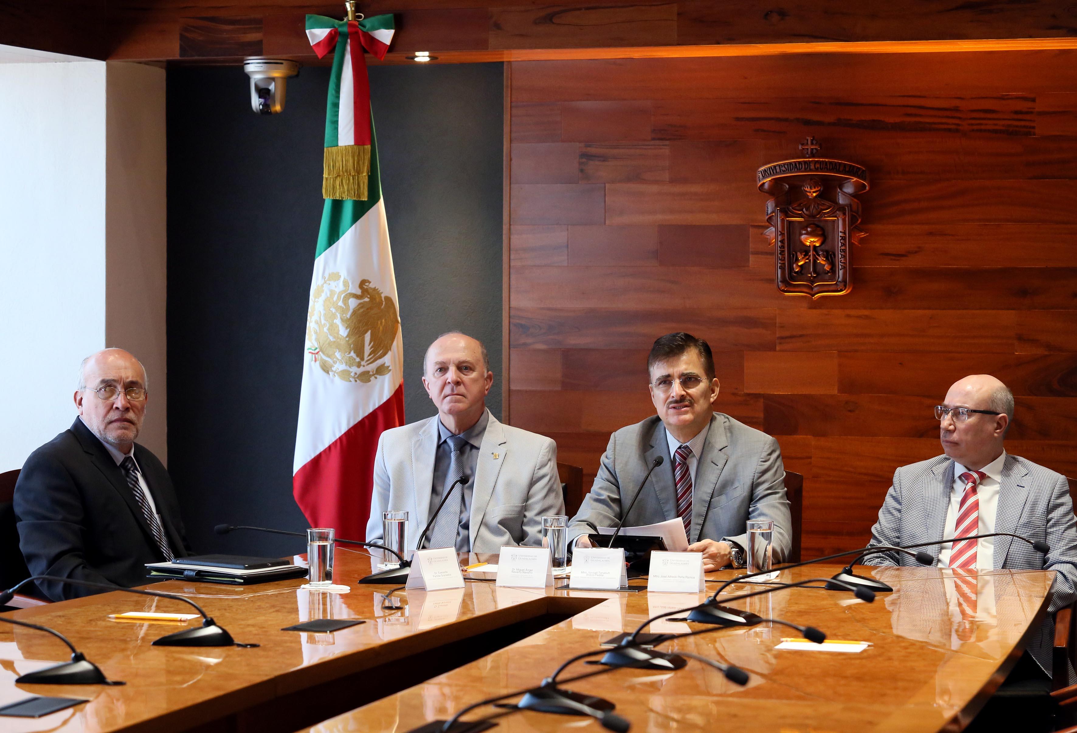 Rector General de la Universidad de Guadalajara, maestro Itzcóatl Tonatiuh Bravo Padilla en conferencia de prensa dando a conocer a los nuevos rectores