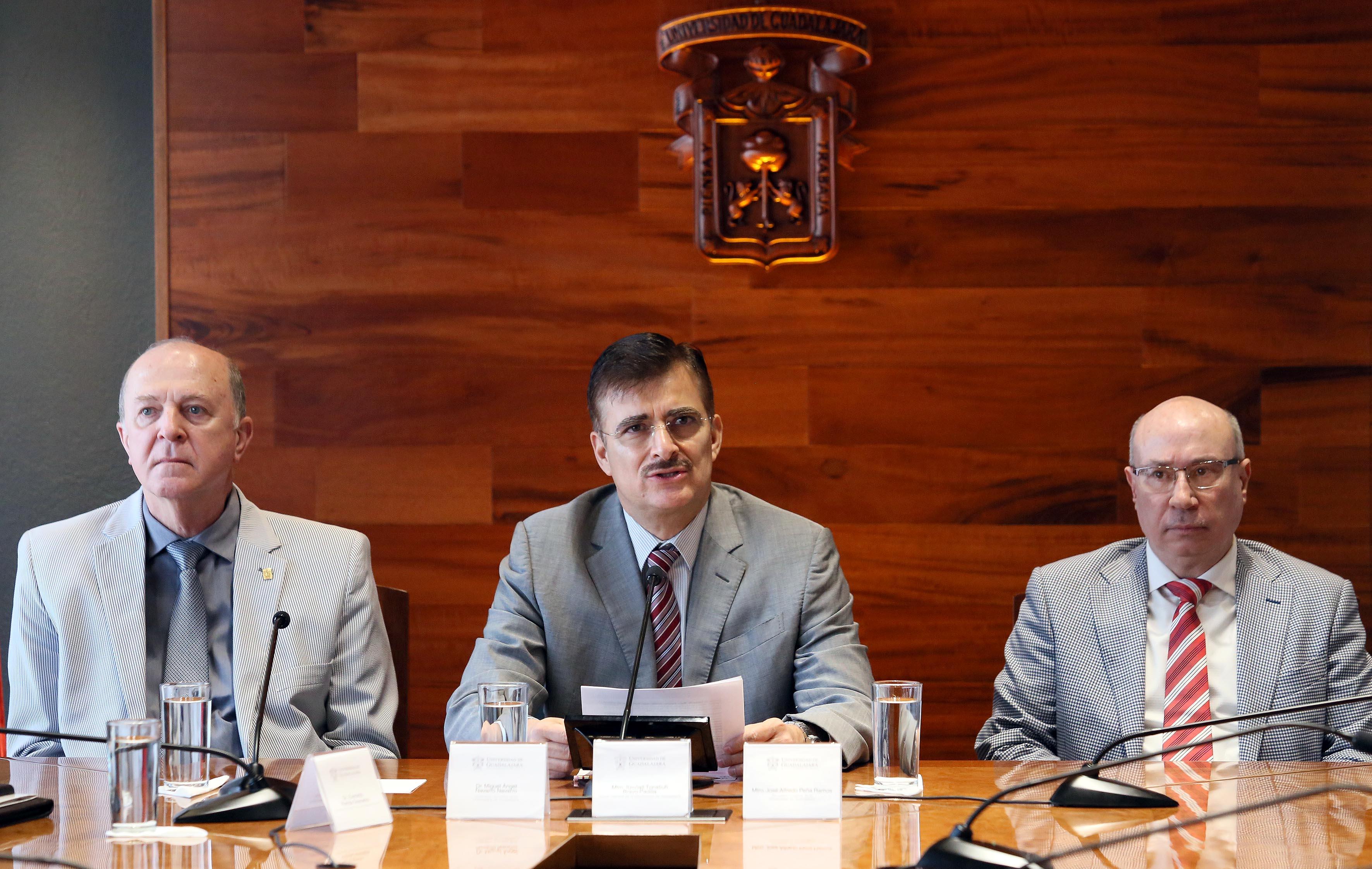 Rector General de la Universidad de Guadalajara, maestro Itzcóatl Tonatiuh Bravo Padilla en rueda de prensa