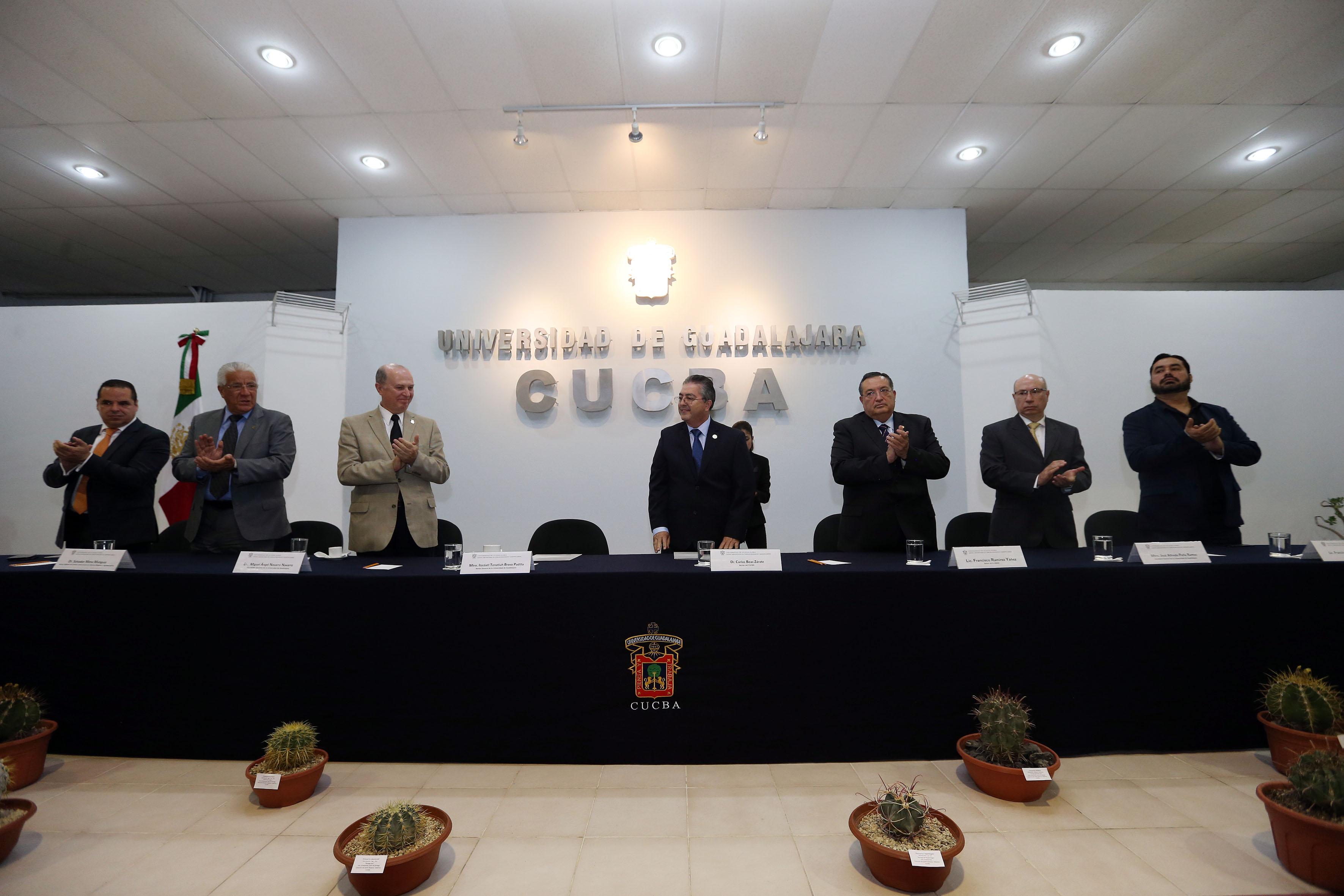 Máximas autoridades universitarias de la UdeG y del centro Universitario del CUCBA, aplaudiendo al Dr. Carlos Beas Zárate, durante la ceremonia de la toma de protesta como Rector del centro.