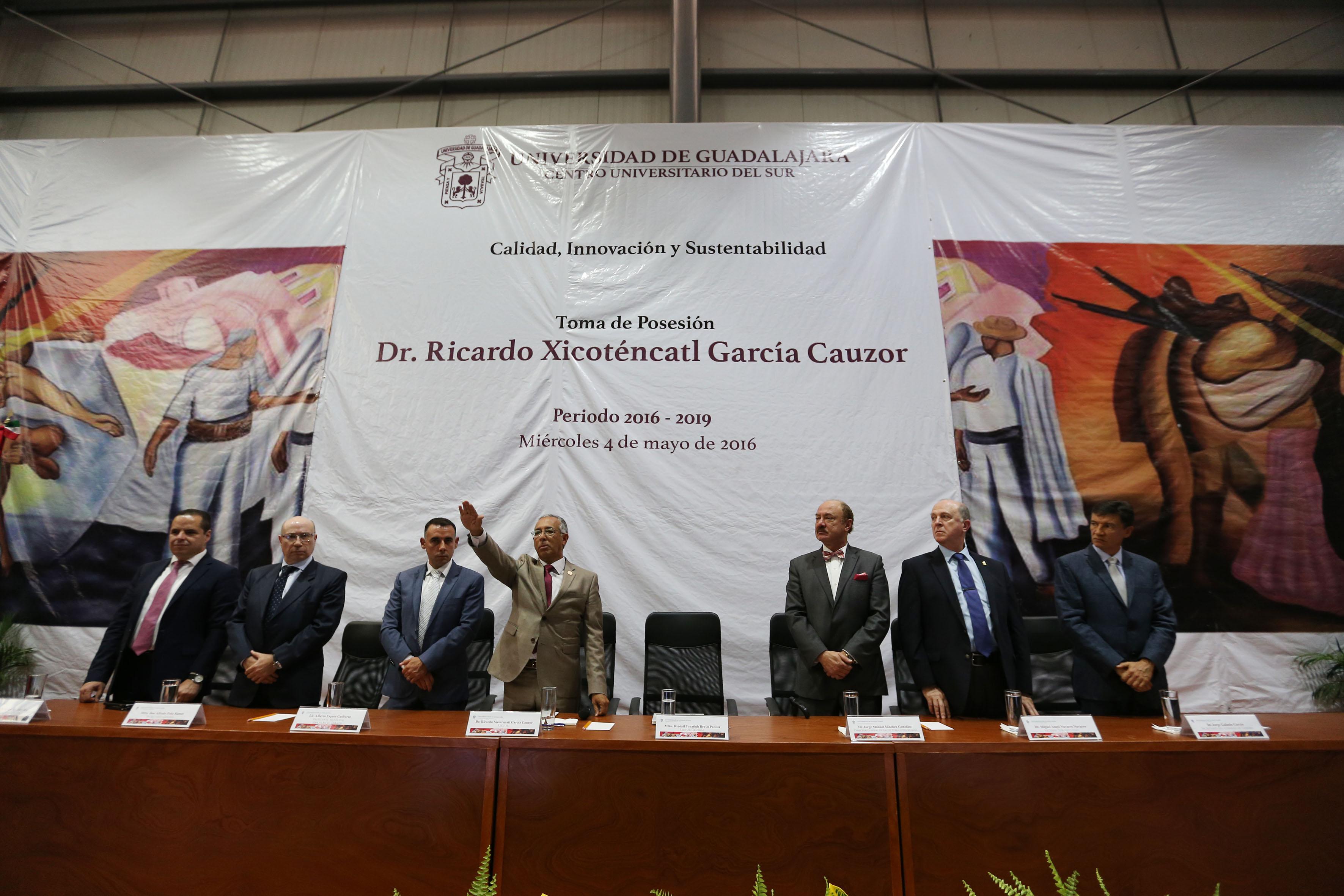 Dr.Ricardo Xicoténcatl García Cauzorhaciendo toma de protesta