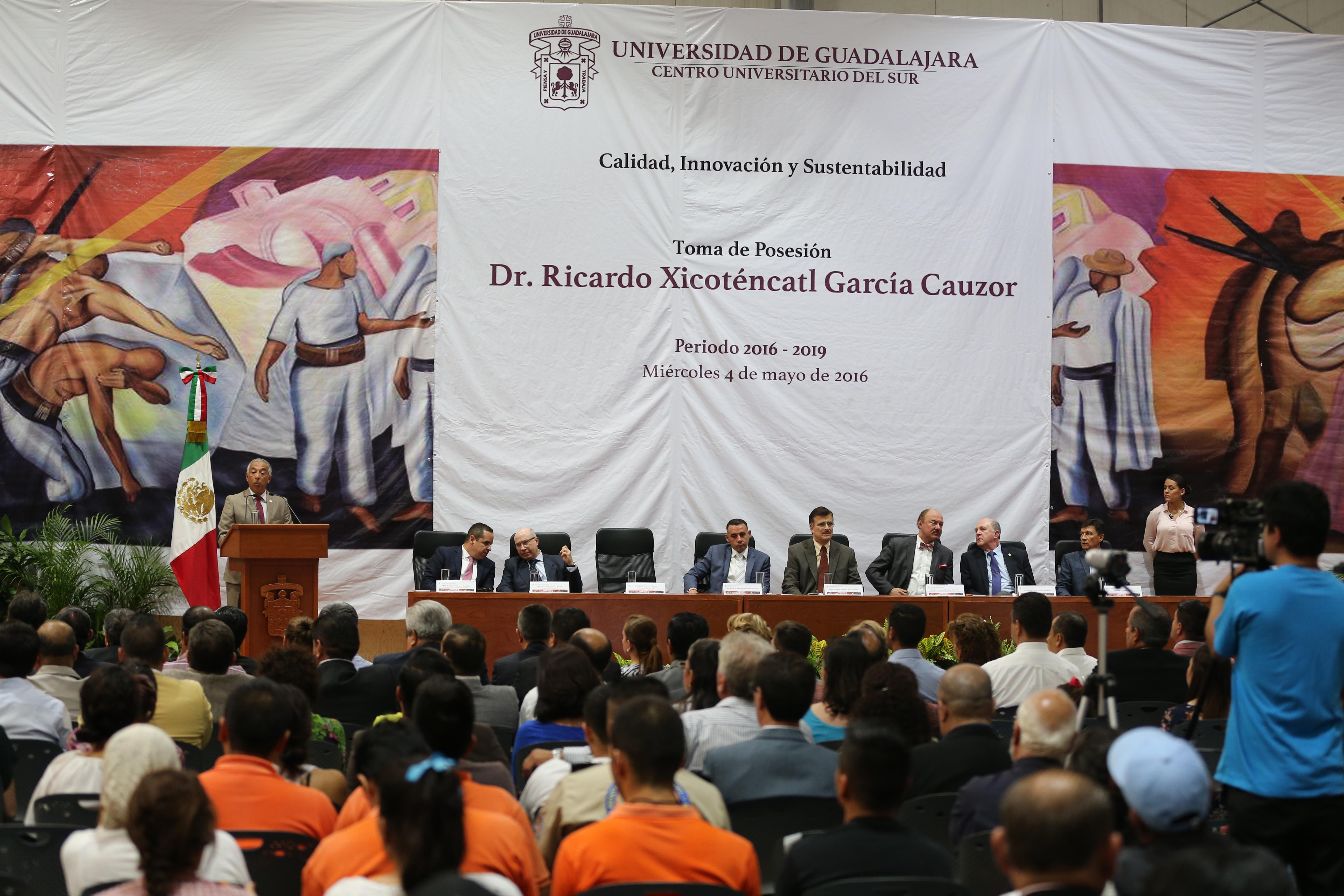 Dr.  Ricardo Xicoténcatl García Cauzor haciendo uso de la palabra