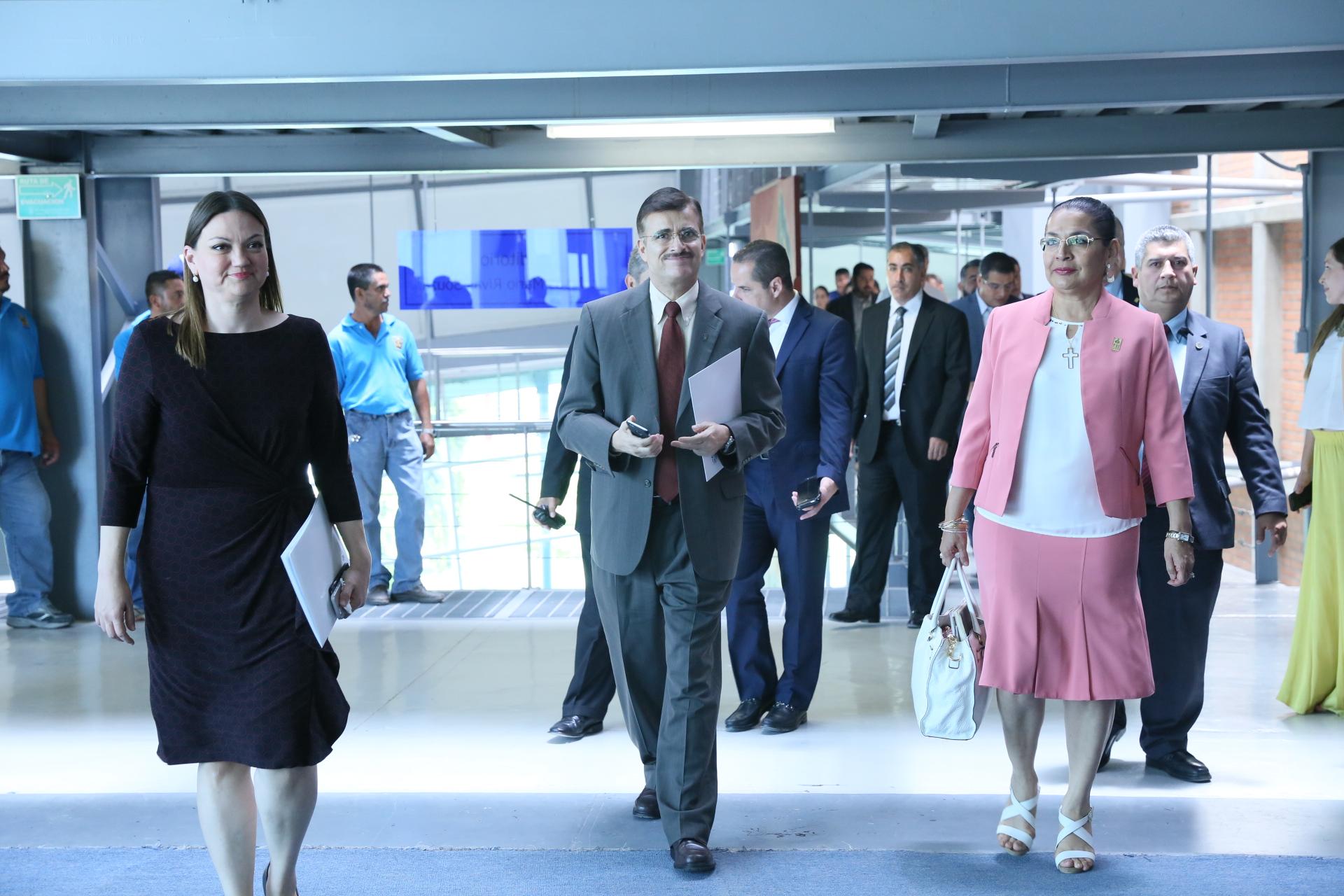 Rector general de la universidad de Guadalajara caminando por los pasillos del CUCienega