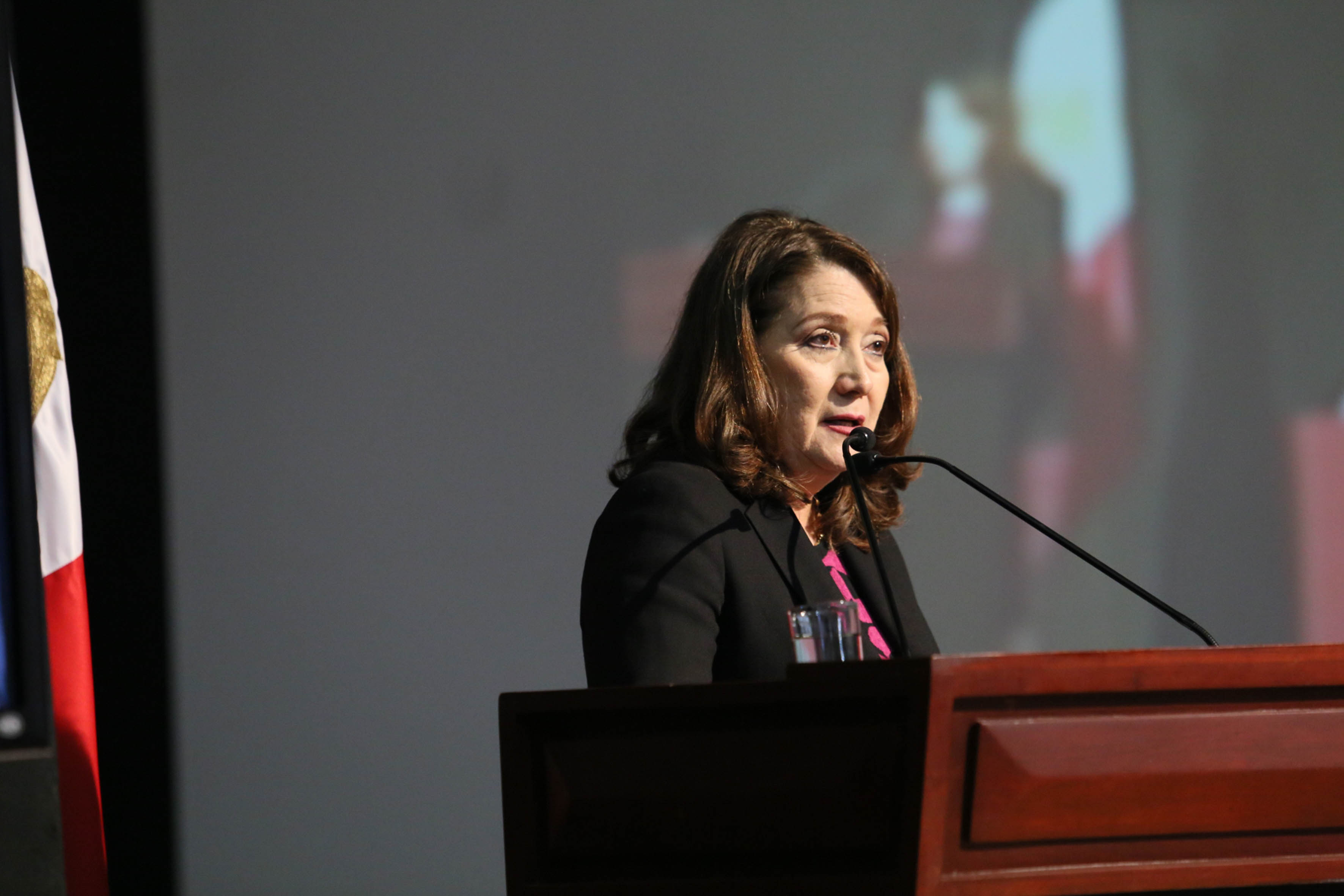 Doctora Lilia Victoria Oliver Sánchez, Rectora del CUCSur, con sede en Autlán de Navarro, haciendo uso de la palabra.