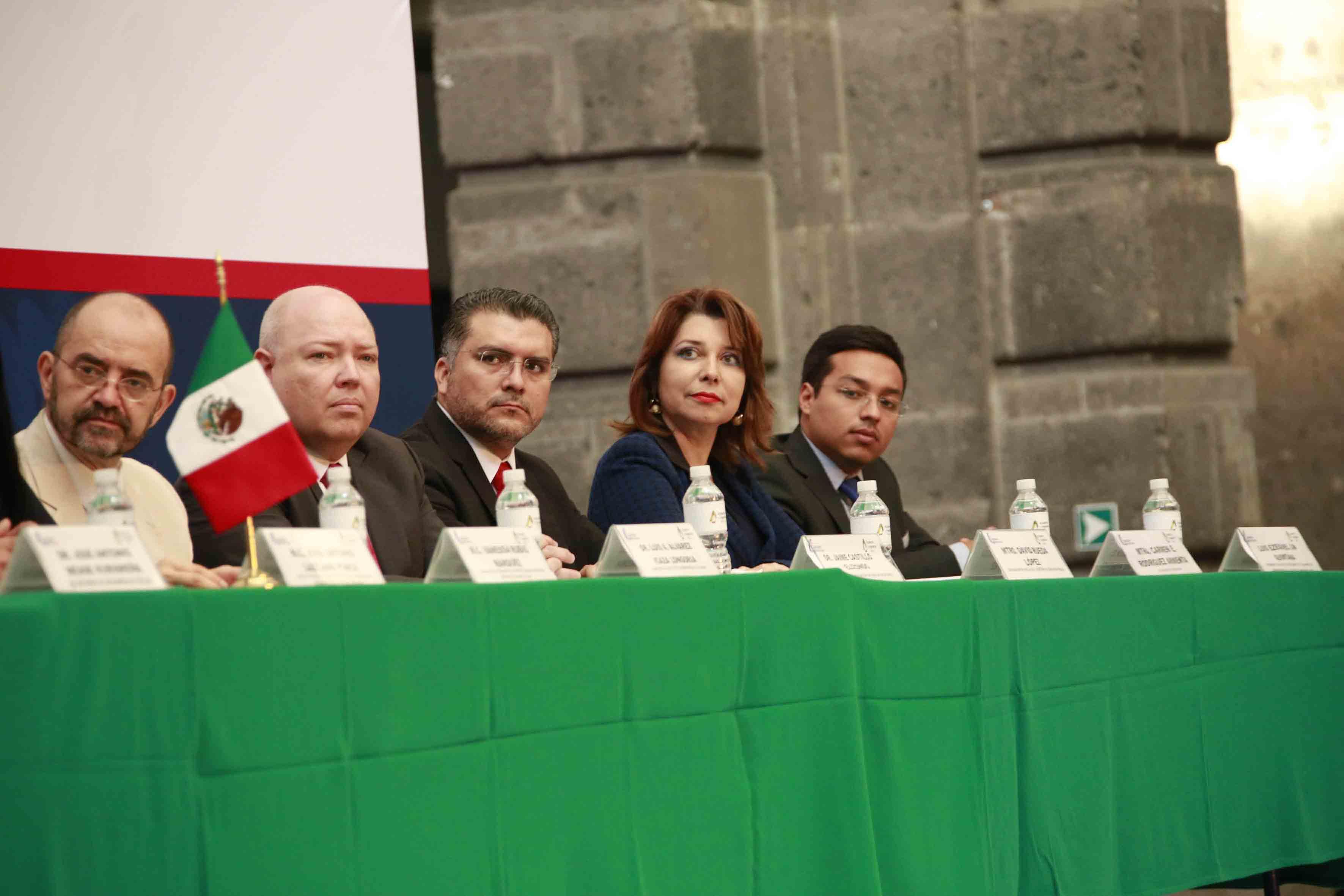 En el presidium la coordinadora general administrativa de la UdeG, y primera mujer de Jalisco en pertenecer a esta academia, maestra Carmen Enedina Rodríguez Armenta