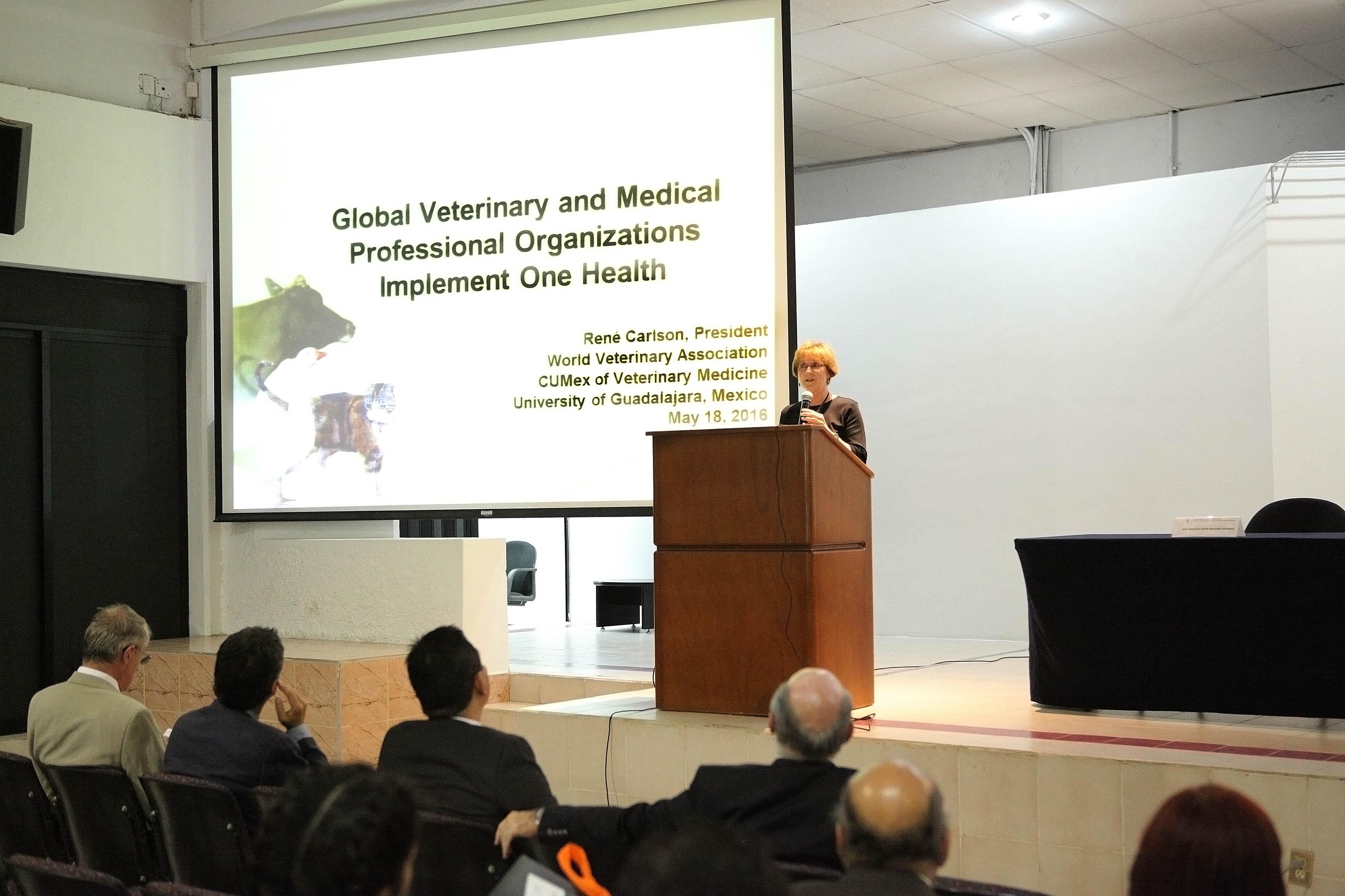 Presidenta de la Asociación Mundial Veterinaria, doctora René Carlson,participando en la conferencia magistral sobre veterinaria global