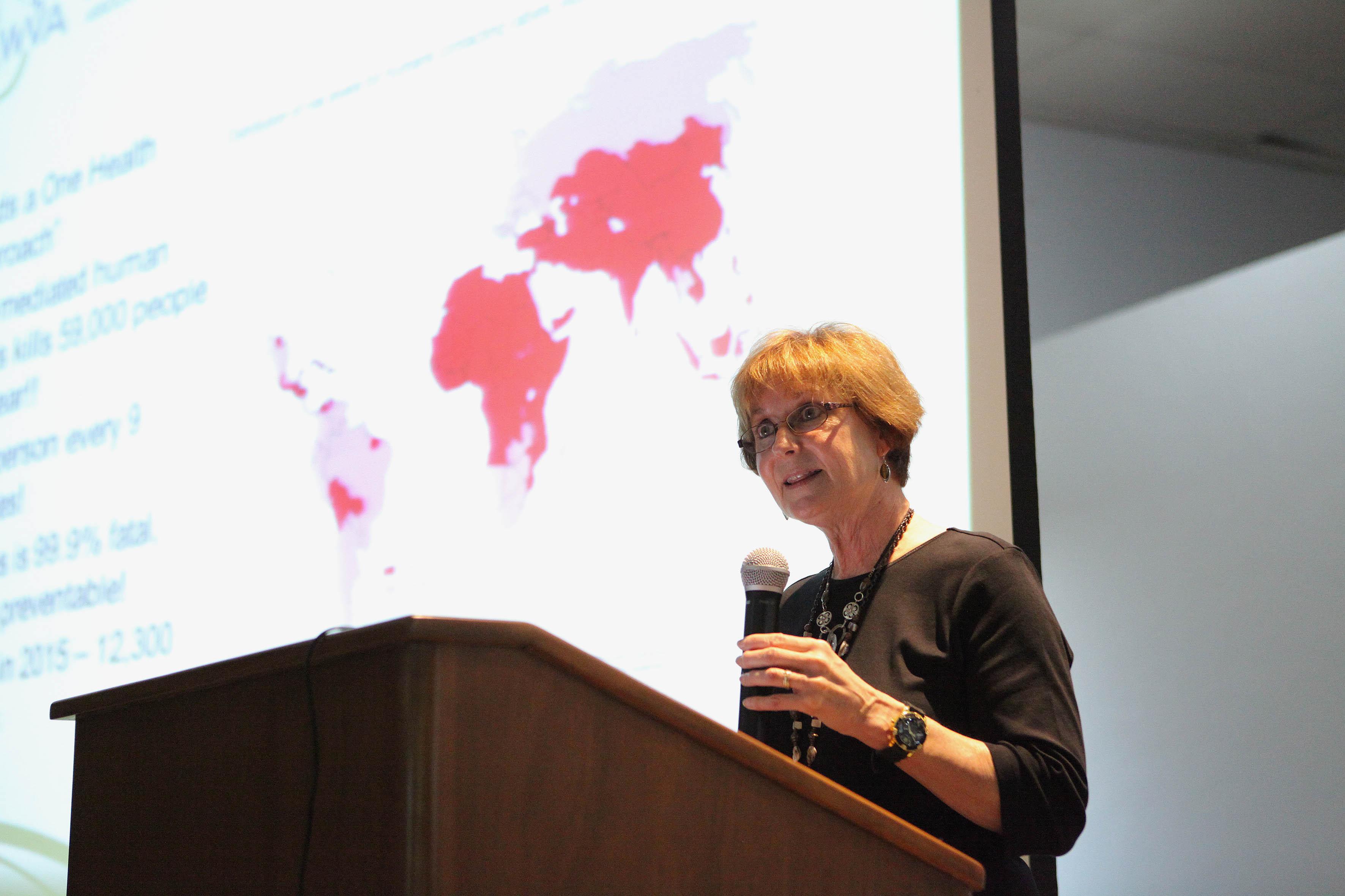 Presidenta de la Asociación Mundial Veterinaria, doctora René Carlson hablando frente al micrófono