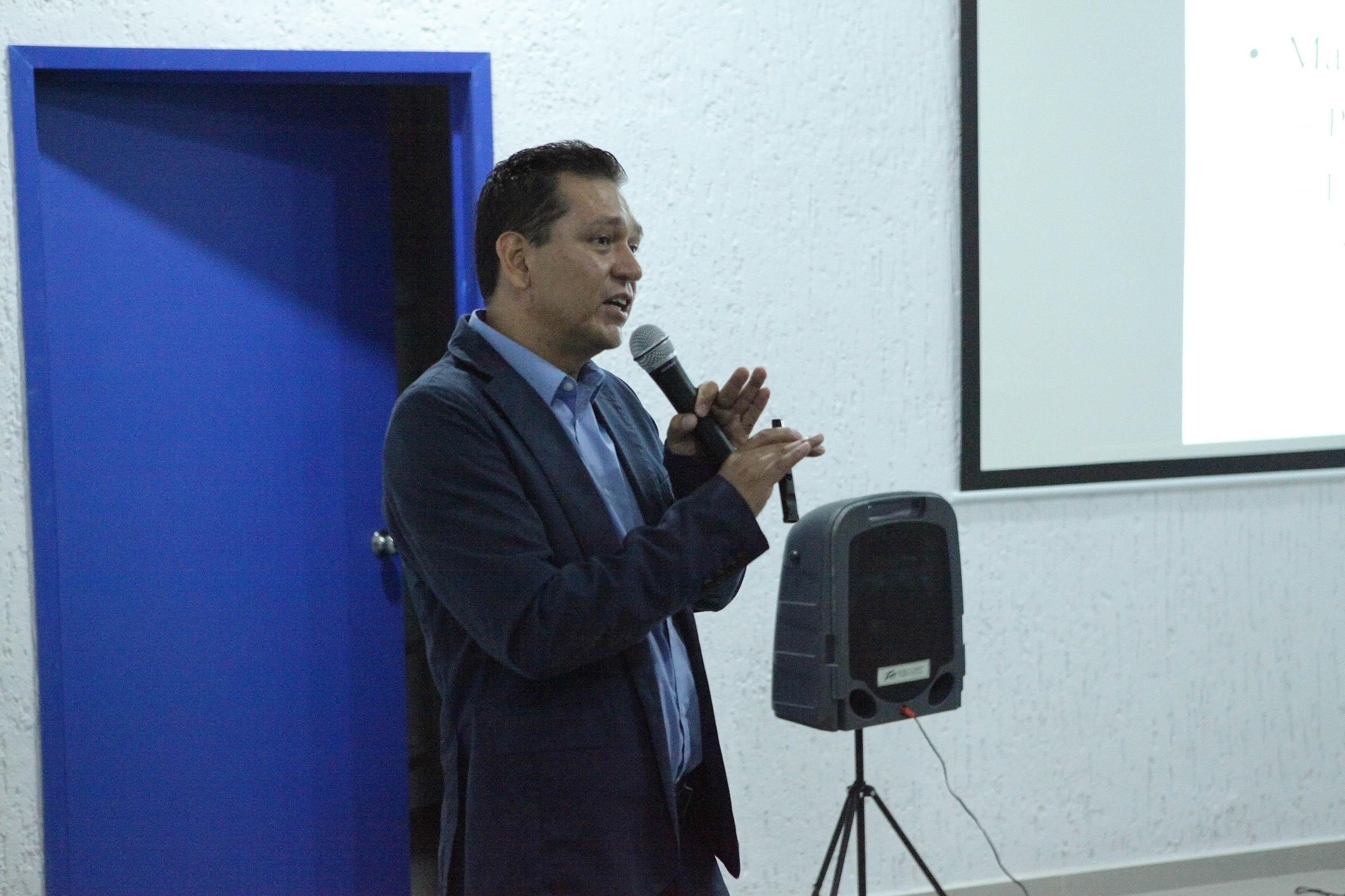 Jefe del Laboratorio de Mastitis y Diagnóstico Molecular del Centro Universitario de Ciencias Biológicas y Agropecuarias (CUCBA), doctor Hugo Castañeda Vázquez,