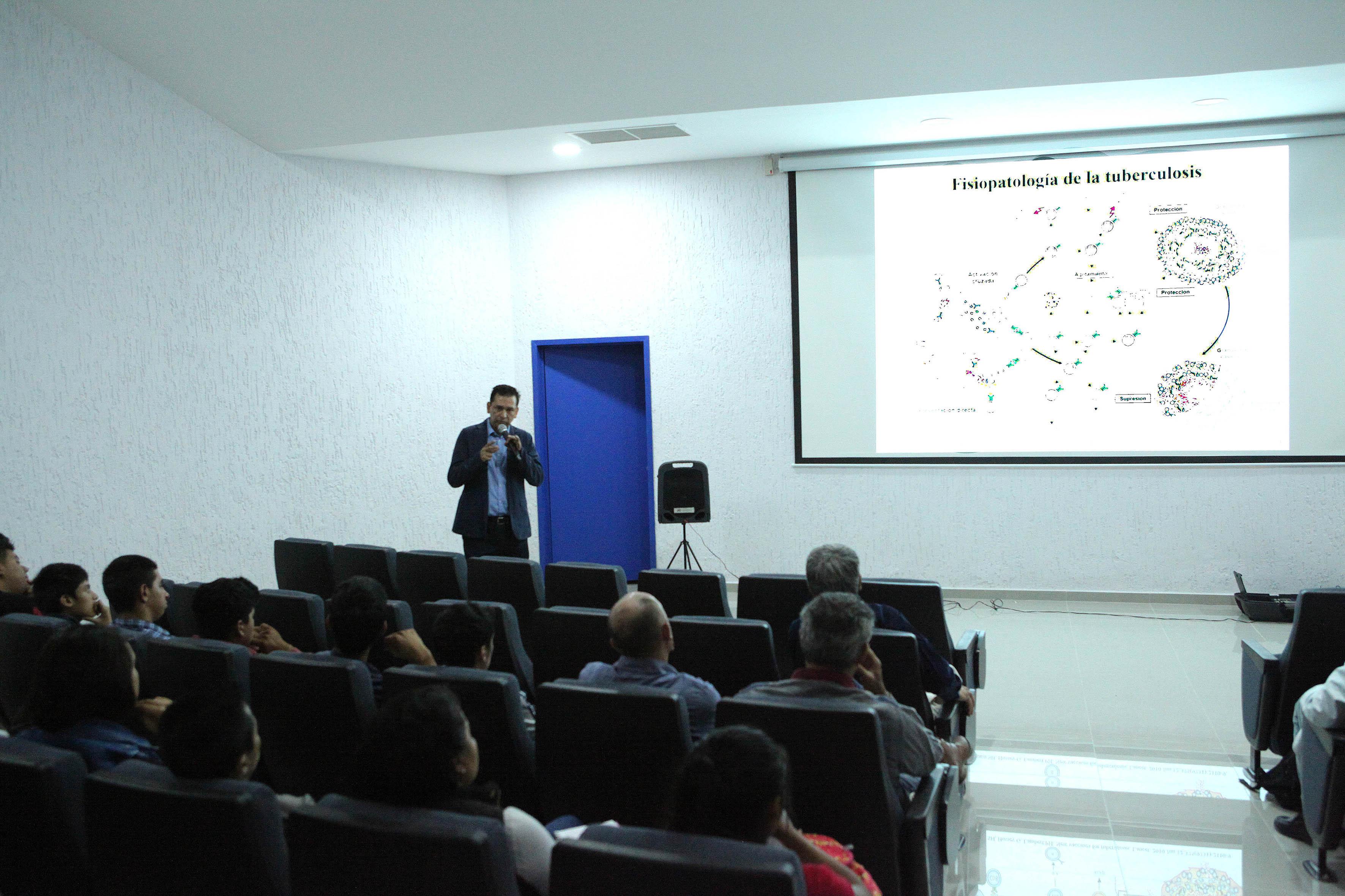 """Dr. Hugo Castañeda Vázquez haciendo uso de la palabra en el Seminario DAAD Alumni """"Enfermedades zoonóticas transmisibles por la leche"""""""