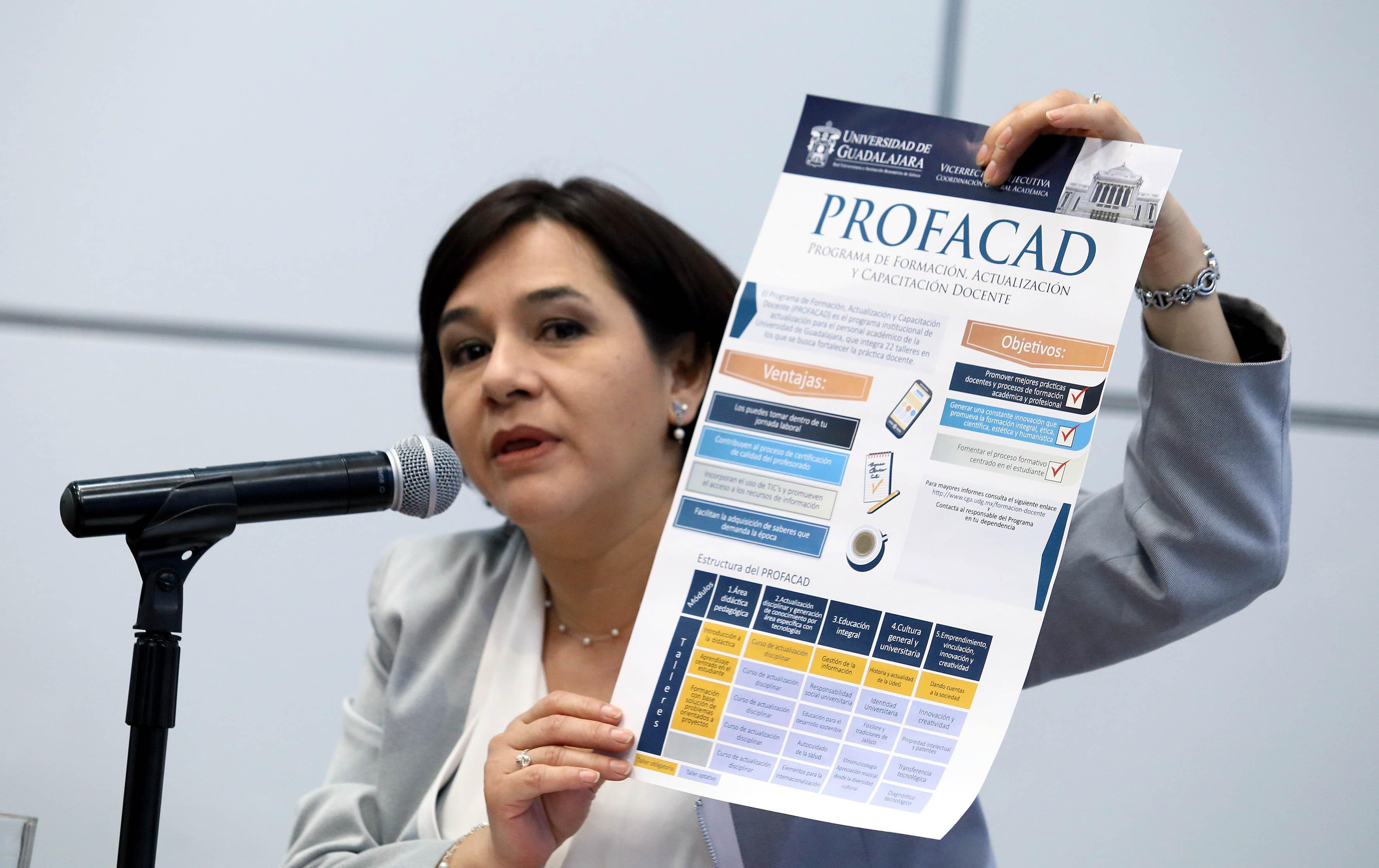 Mtra. Cintia Castro Sánchez, Responsable Ejecutiva de la PROFACAD, mostrando a los asistentes a la conferencia de prensa, el programa.