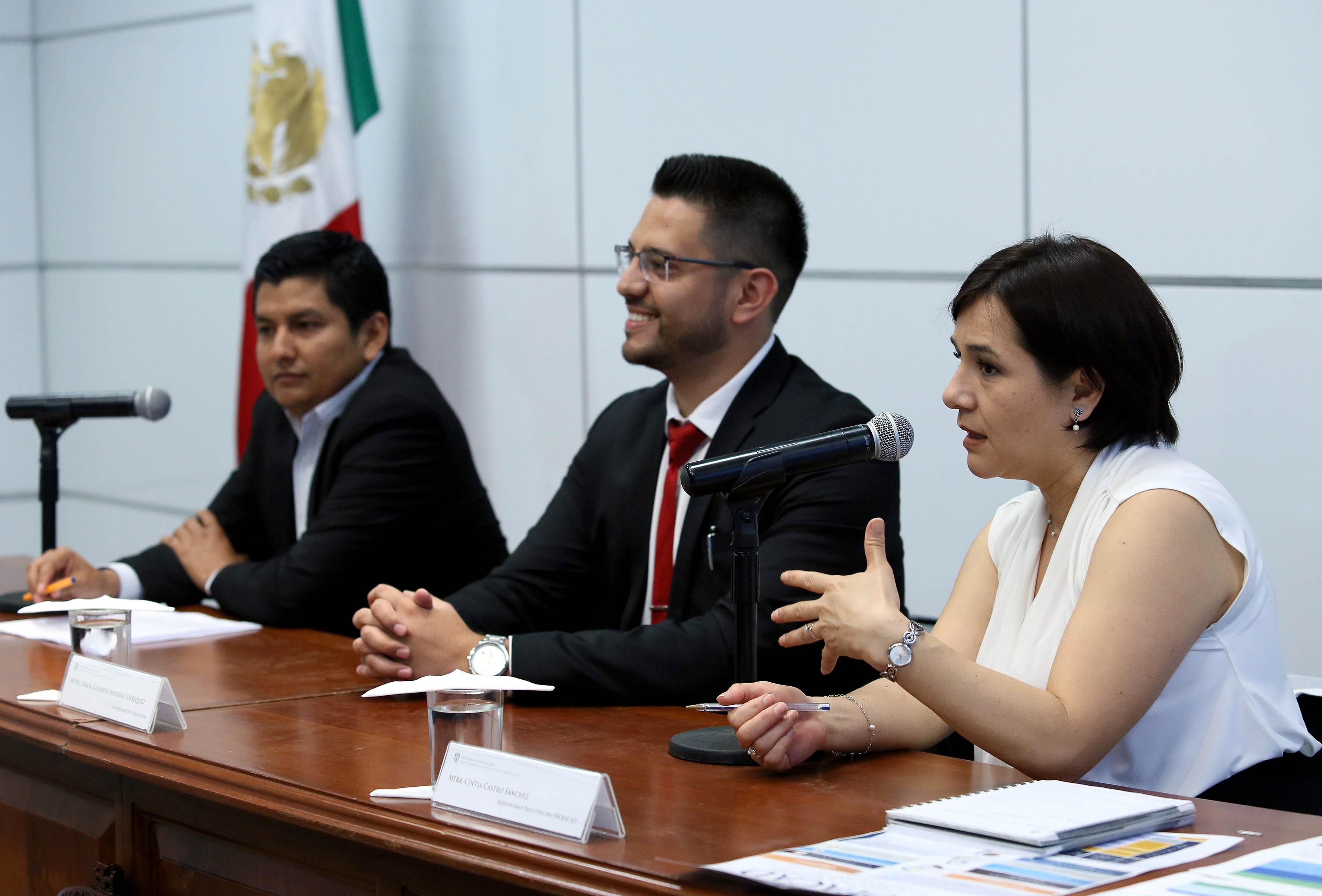 Mtra. Cintia Castro Sánchez, Responsable Ejecutiva de la PROFACAD, con micrófono en panel, haciendo uso de la palabra.