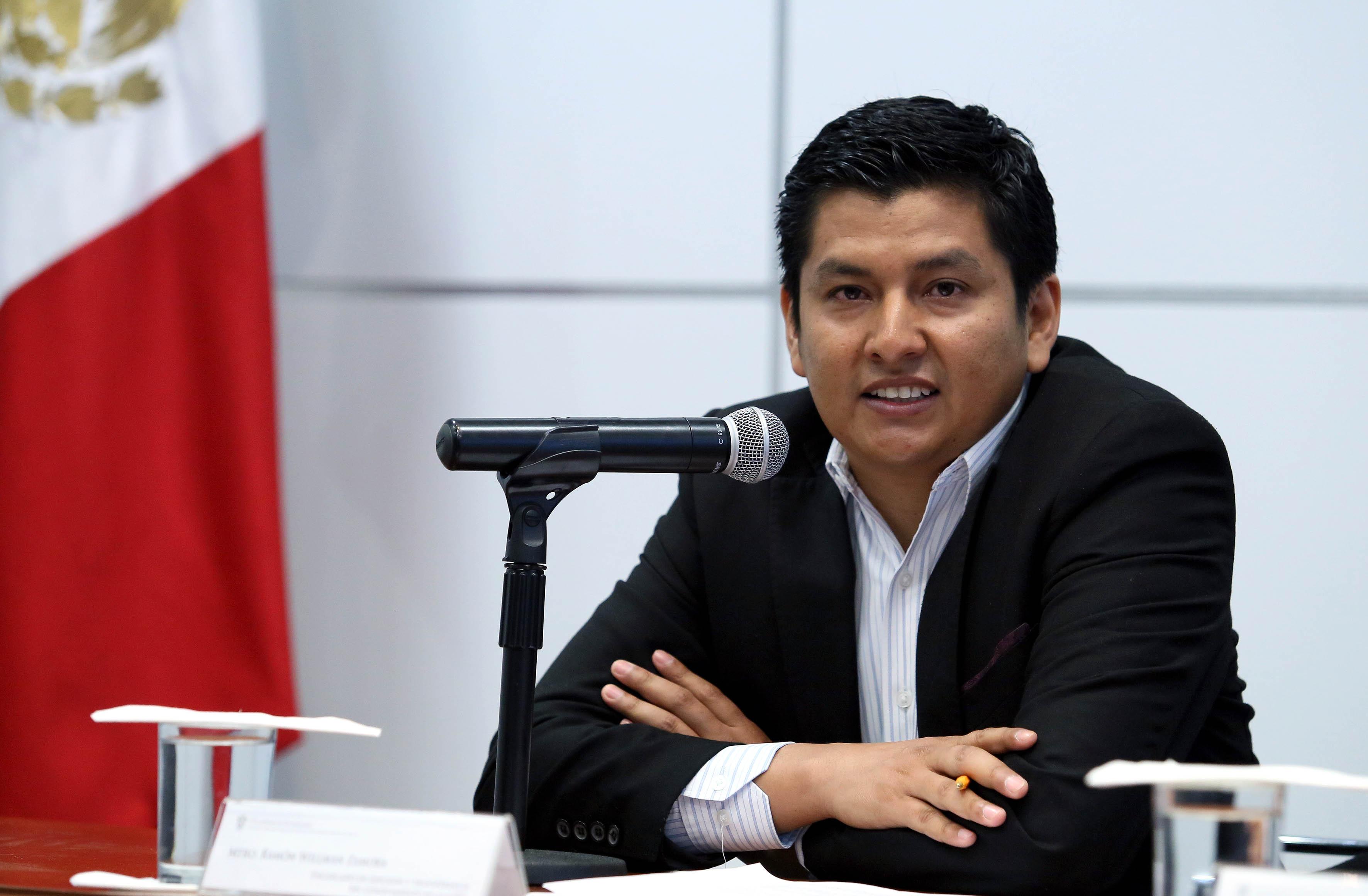 Mtro. Ramón Willman Zamora, encargado de Difusión y Transferencia del Conocimiento, de la Coordinación de Investigación y Posgrado de la Universidad de Guadalajara, con micrófono en mano haciendo uso de la palabara.
