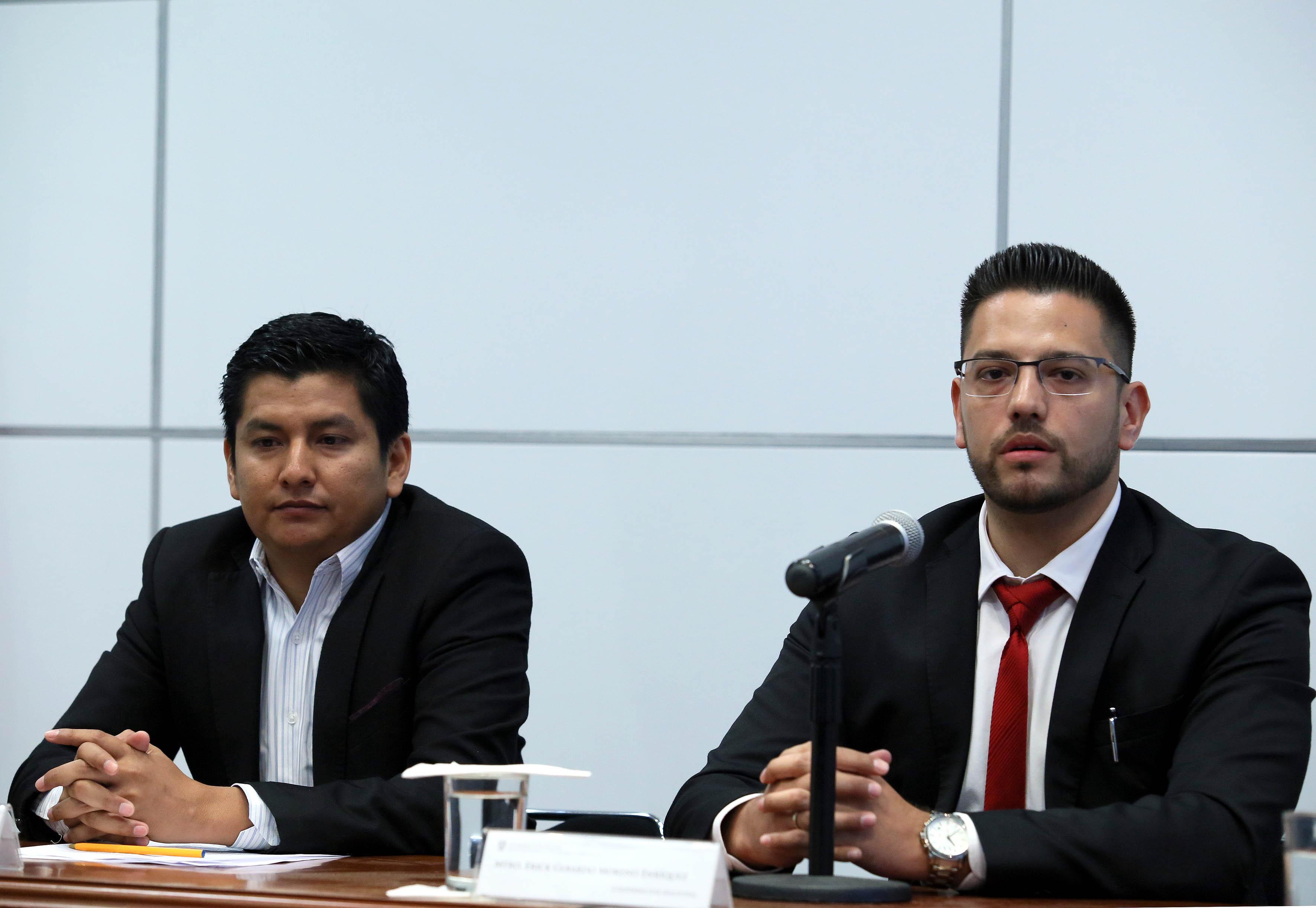 Maestro Erick Gerardo Moreno Enríquez, director de Servicios Técnicos de Clarke, Modet & C México, con micrófono en mano haciendo uso de la palabara.