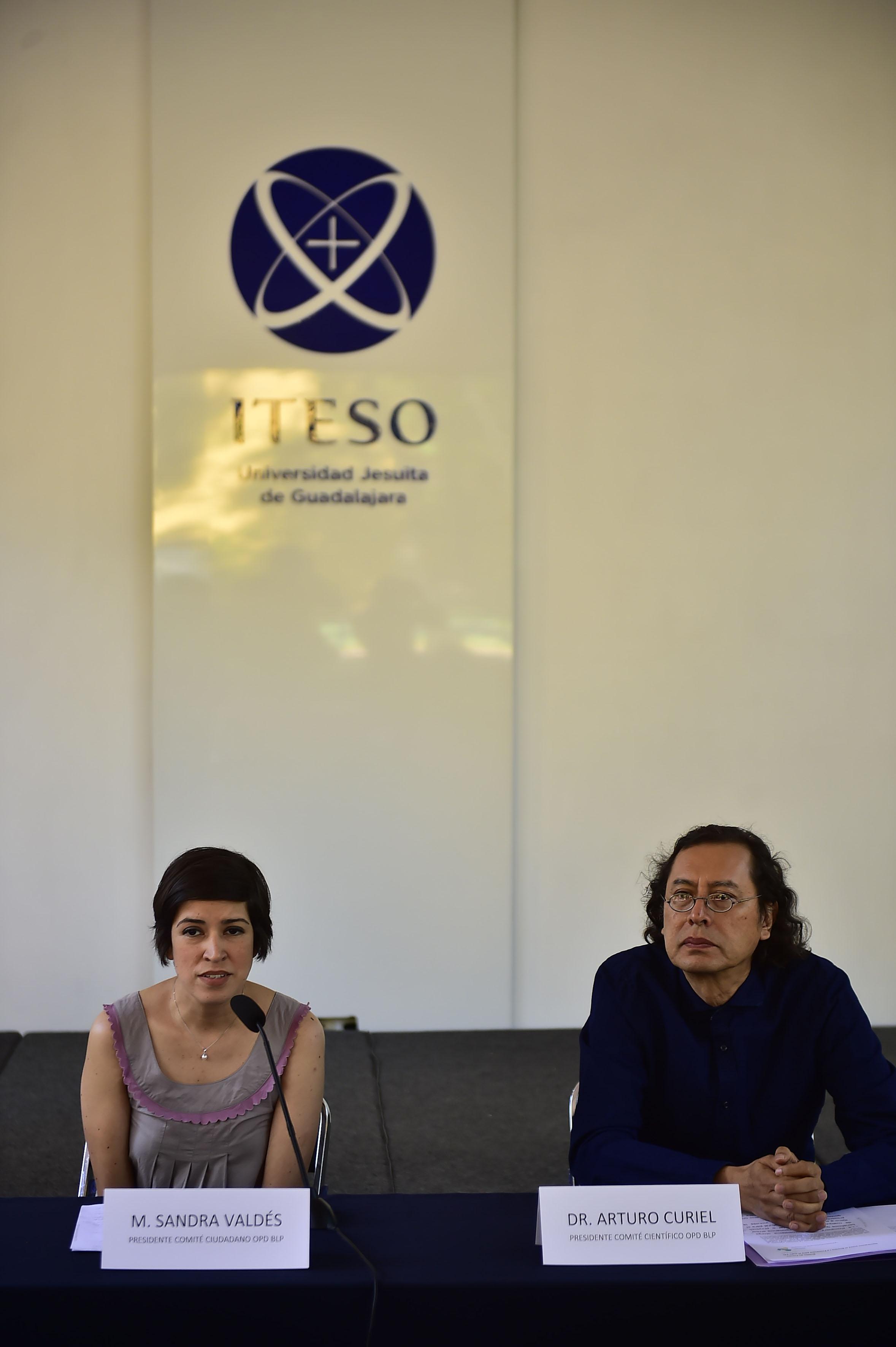 Dr. Arturo Curiel Ballesteros y Sandra Valdés Valdés participando en rueda de prensa
