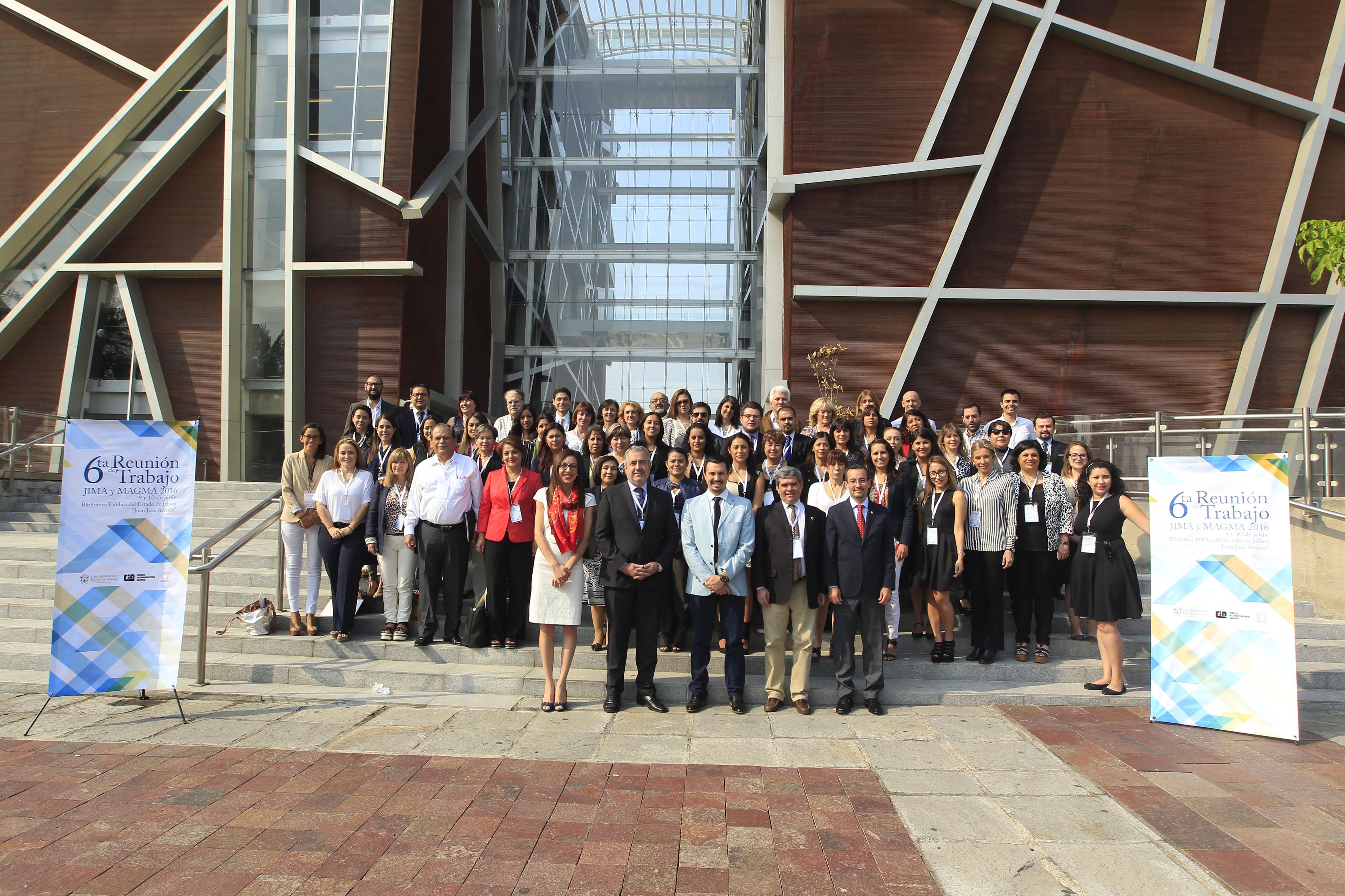 Fotografia de todo el equipo con la biblioteca iberoamericana a sus espaldas