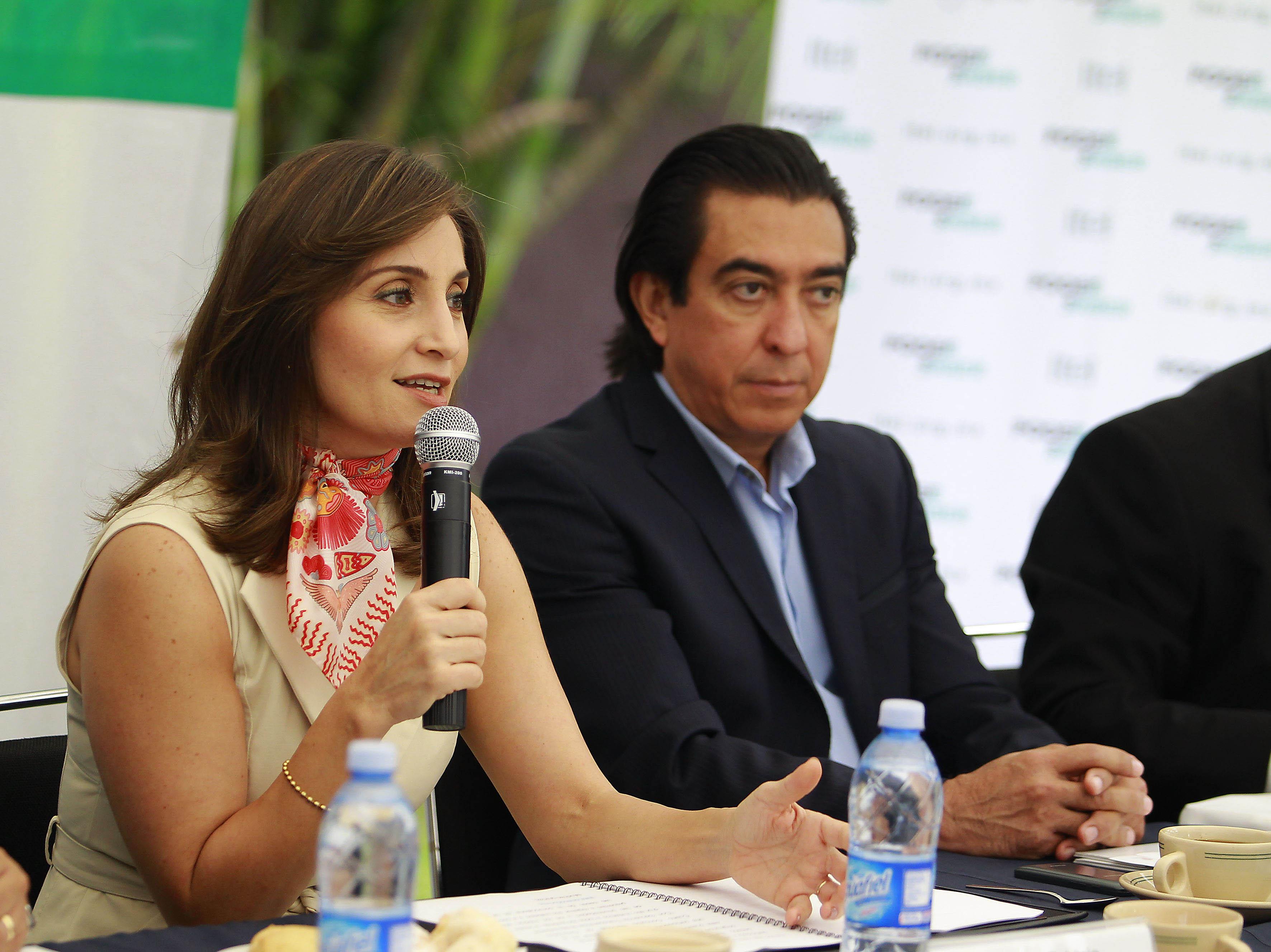 Cynthia Patricia Cantero Pacheco, reelecta al frente del Instituto de Transparencia, Información Pública y Protección de Datos Personales del Estado de Jalisco (ITEI), con micrófono en mano haciendo uso de la palabra en evento.